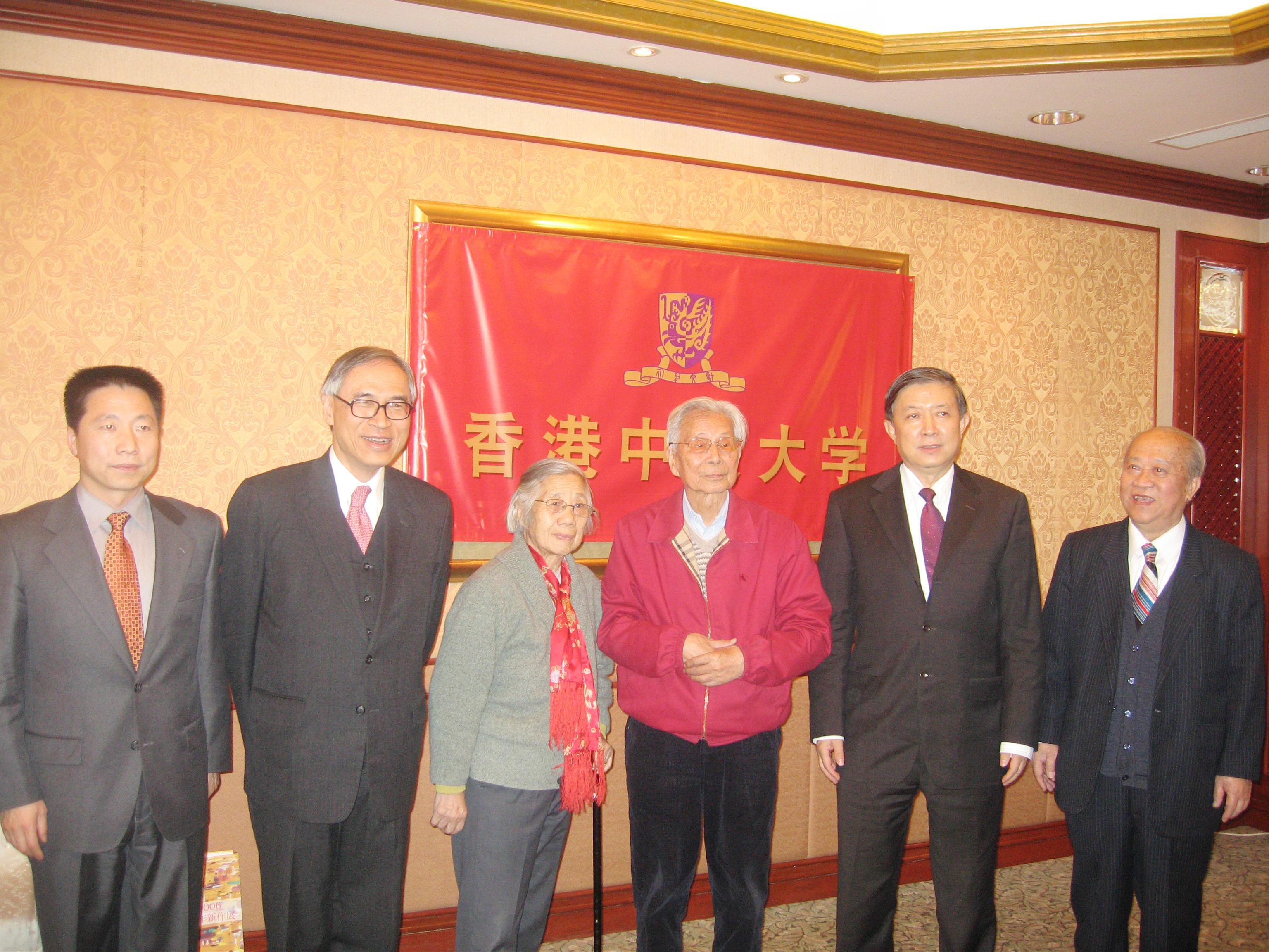 左起:楊利偉博士、劉遵義校長、吳冠中教授伉儷、徐冠華部長及陳述彭教授。