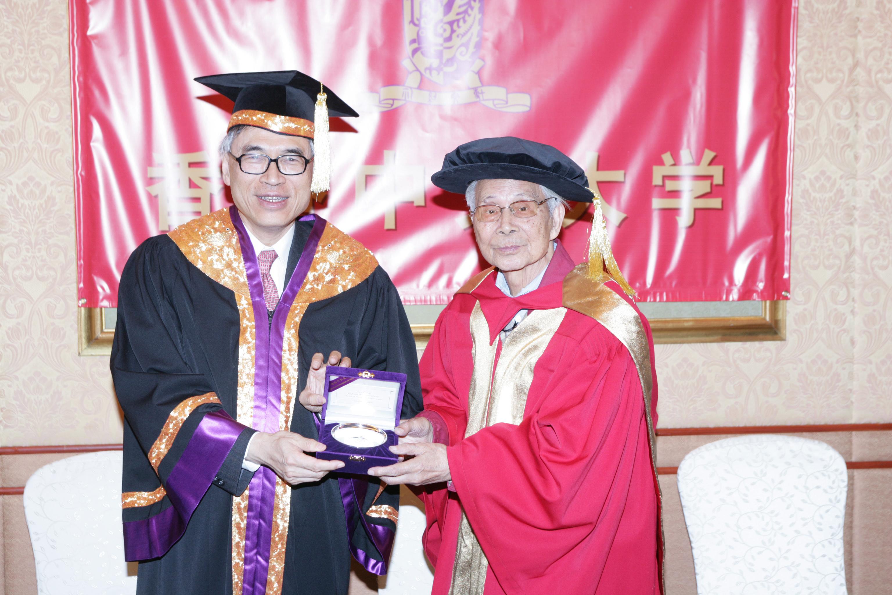 劉遵義校長致送紀念品予吳冠中教授。