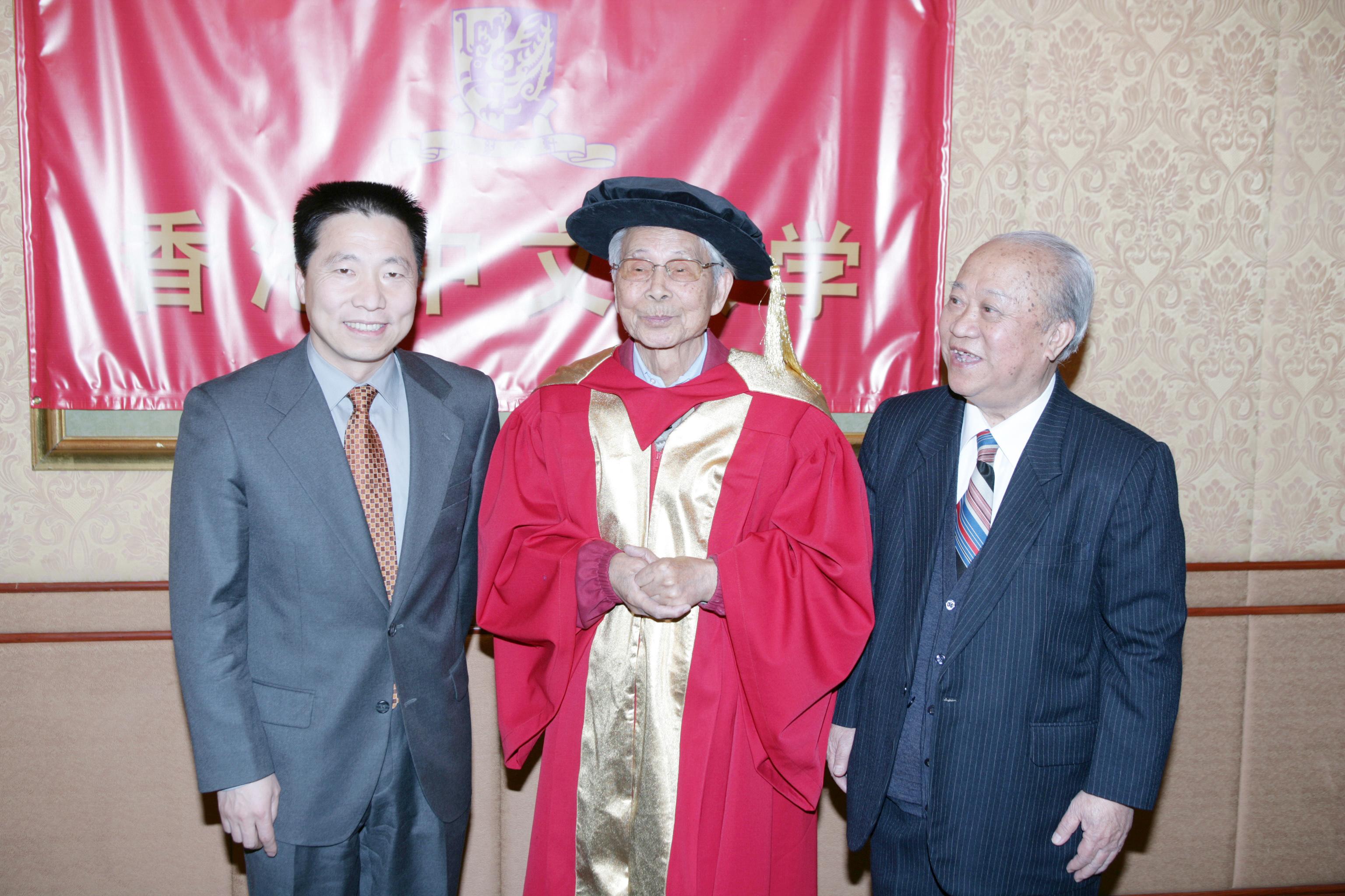 楊利偉博士與陳述彭教授向吳冠中教授致賀。