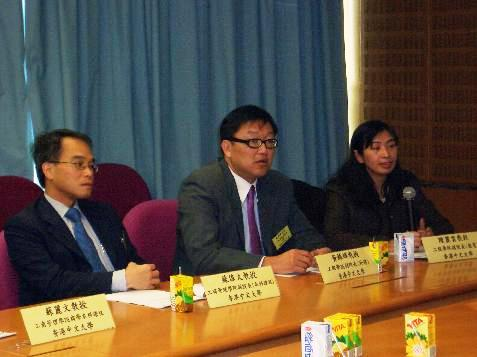 (From the right) Prof. Chan Lai Wan, Associate Dean (Education), Faculty of Engineering, The CUHK , Prof. Wong Kam Fai Associate Dean (External Affairs), Faculty of Engineering, The CUHK, Prof. Raymond So Associate Dean, Faculty of Business Administration, The CUHK are explaining the details of the new 4-year Double Degree Programme
