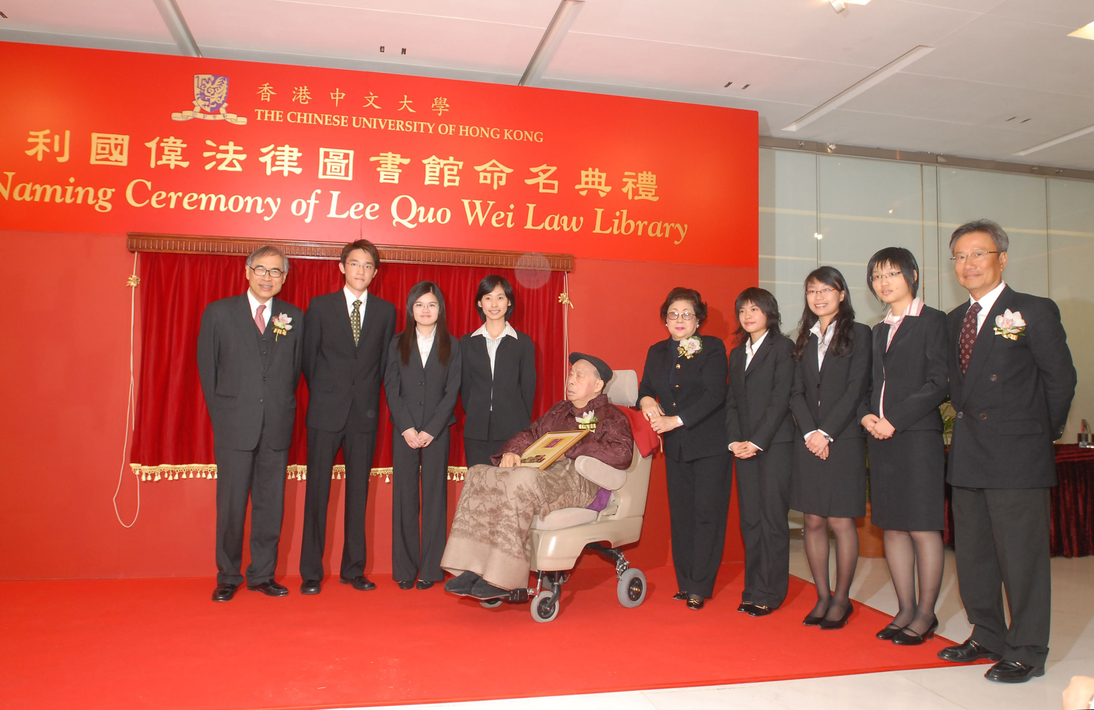 Dr & Mrs Lee Quo Wei posed with Prof Lawrence Lau, Dr Edgar Cheng and students of the founding class of the LLB programme of the School of Law.