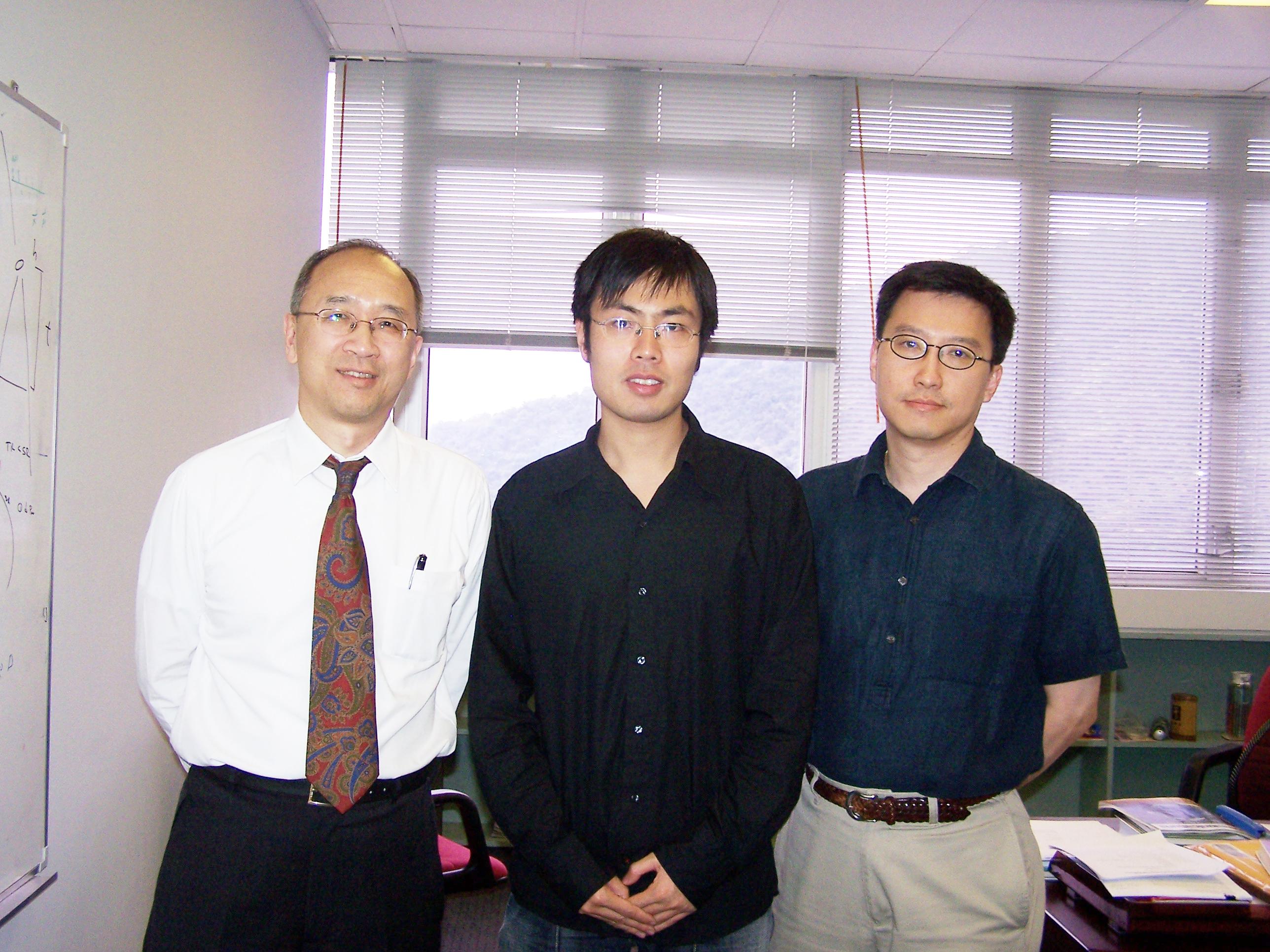 范斌同学(中)与讯息工程学系邱达民教授(左)和计算机科学与工程学系吕自成教授(右)合照。
