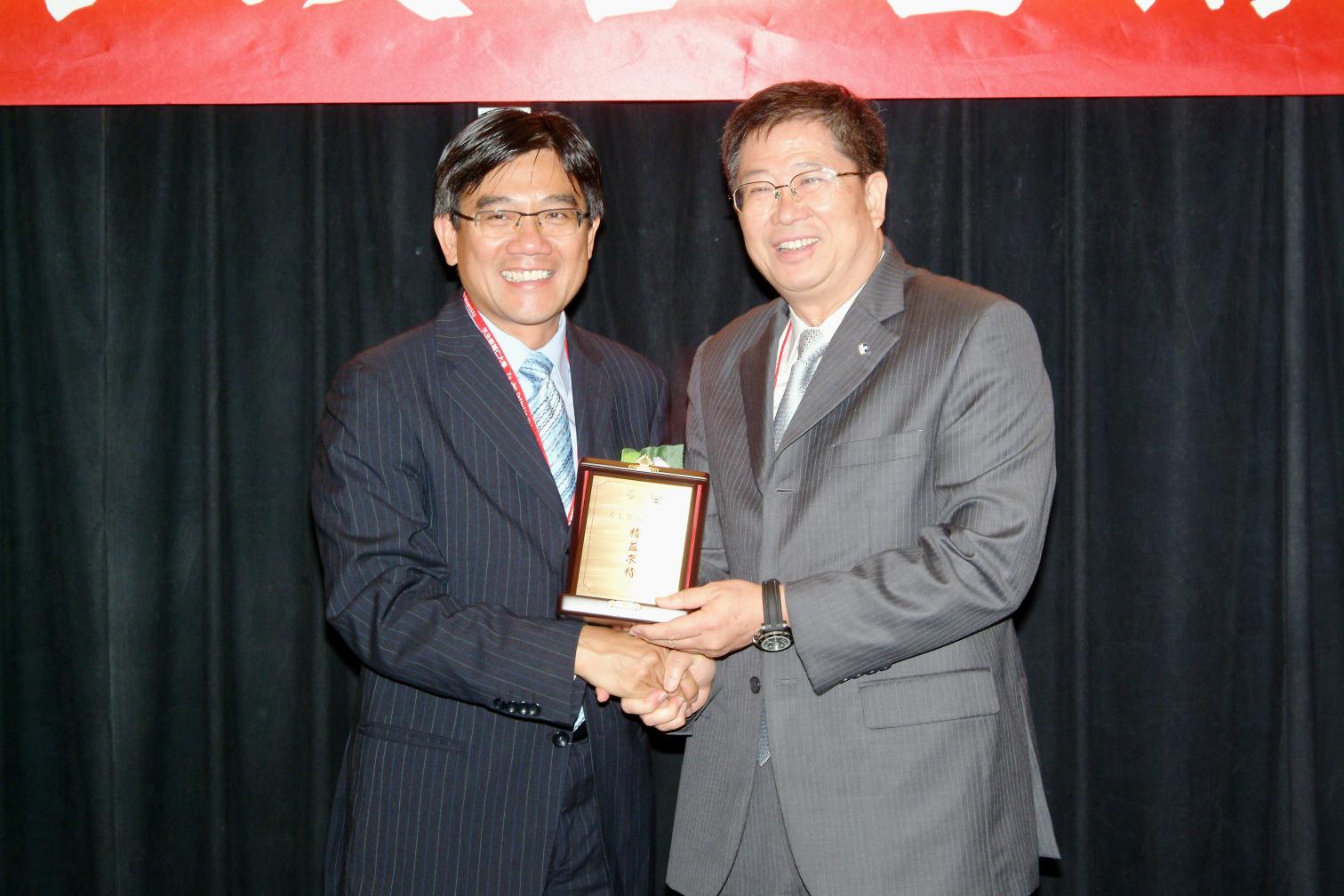 香港中文大學大學輔導長何培斌教授於開幕典禮致送紀念品予天主教輔仁大學校長黎建球教授。