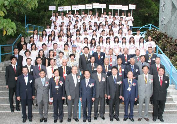 嘉賓與全團學員於香港中文大學舉行歡迎儀式後合照留念。