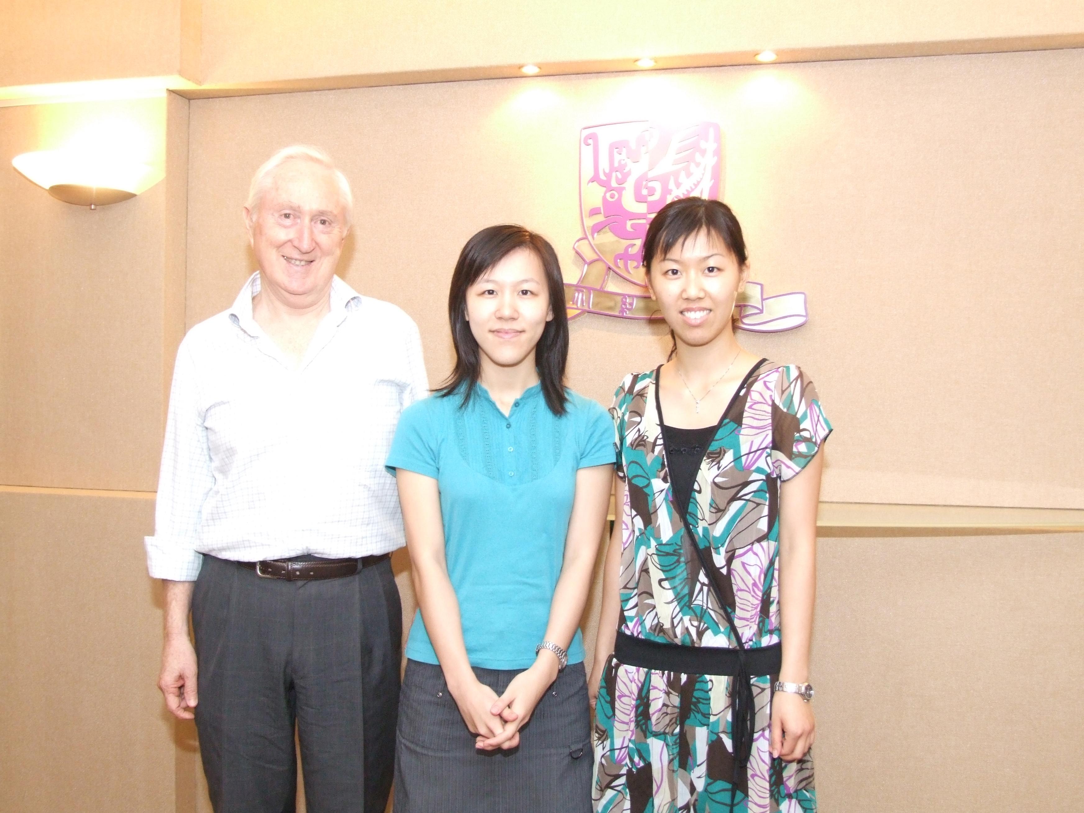 左起: 香港中文大学英文系系主任兼英文讲座教授David Parker教授 陈紫茵小姐 陈紫薇小姐