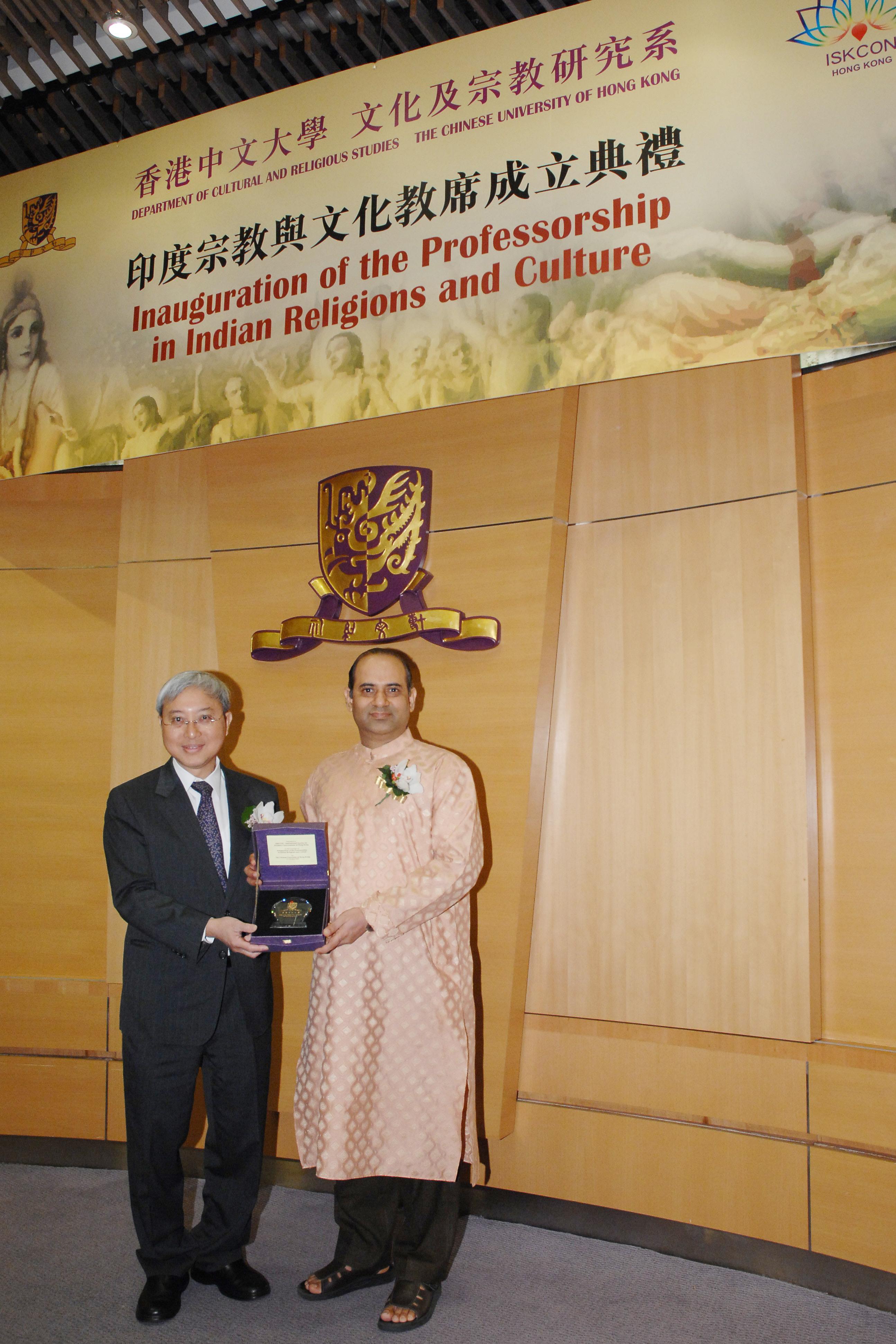 廖柏伟教授(左)致赠纪念品予Bhaktivinod先生