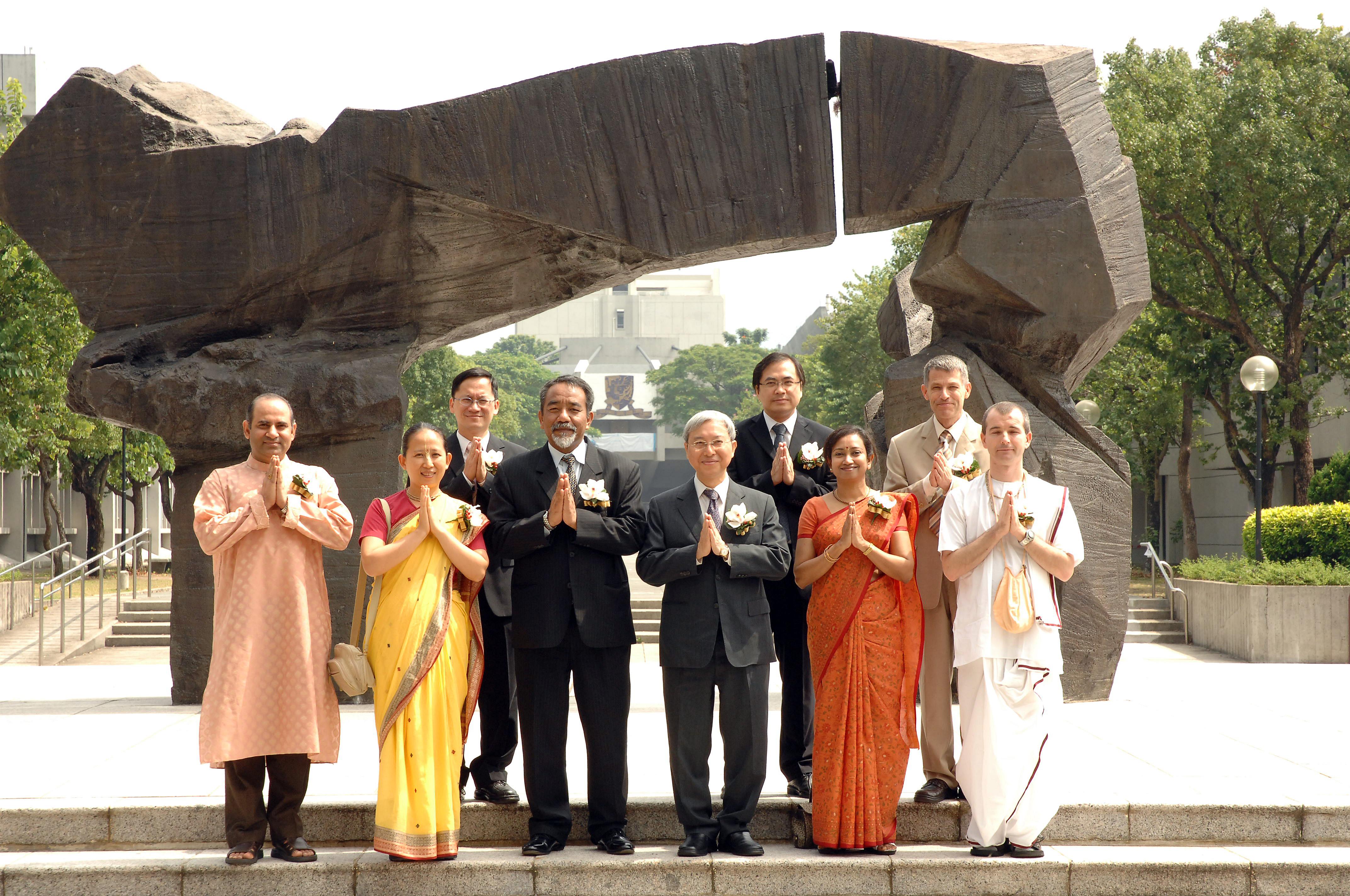 中大增设印度宗教与文化学专任教席,促进文化交流和缔建和谐社会。 左起:Bhaktivinod先生、Bhavatarini女士、谭伟伦教授、L. D. Ralte先生、廖柏伟教授、赖品超教授、Sri Radhika女士、Kenneth Valpey教授和Chandra先生