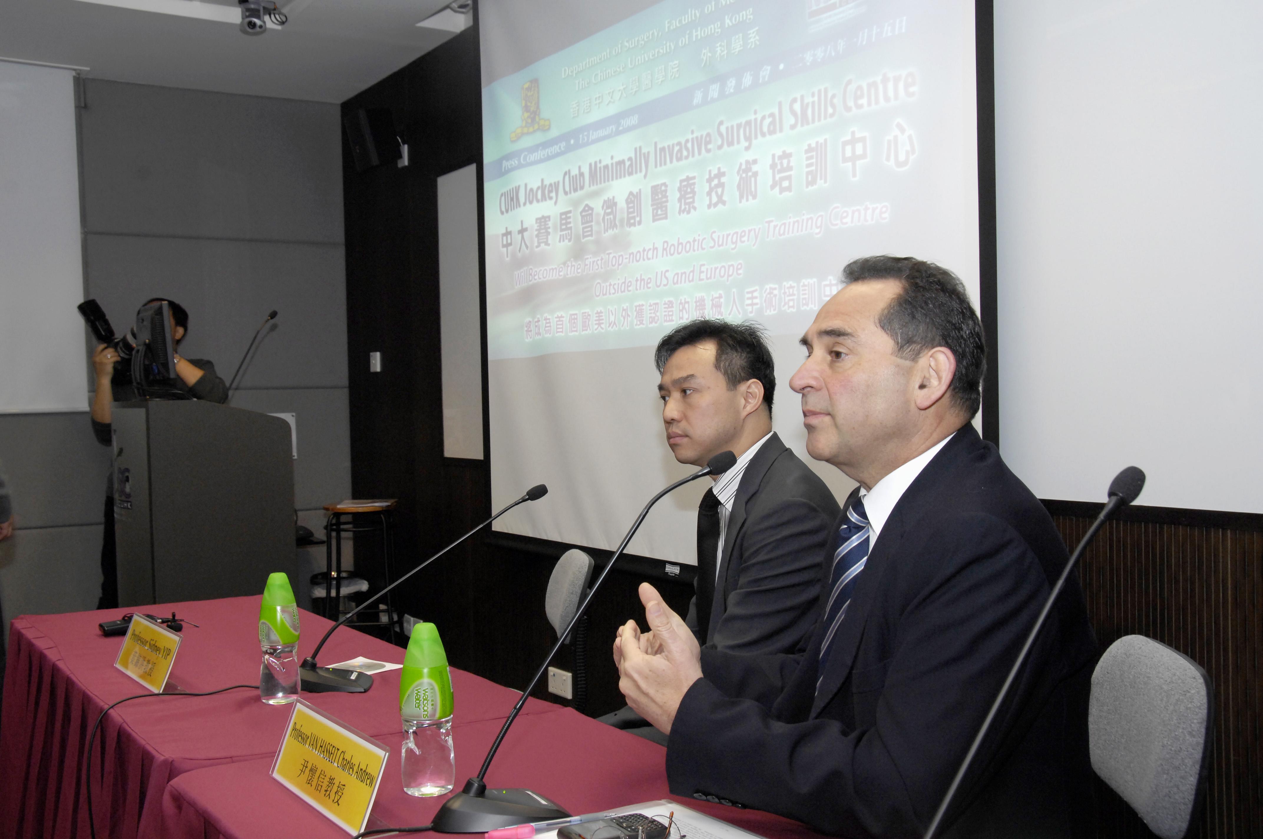 中大外科學系系主任尹懷信教授(右)及外科學系泌尿科主管葉錦洪教授