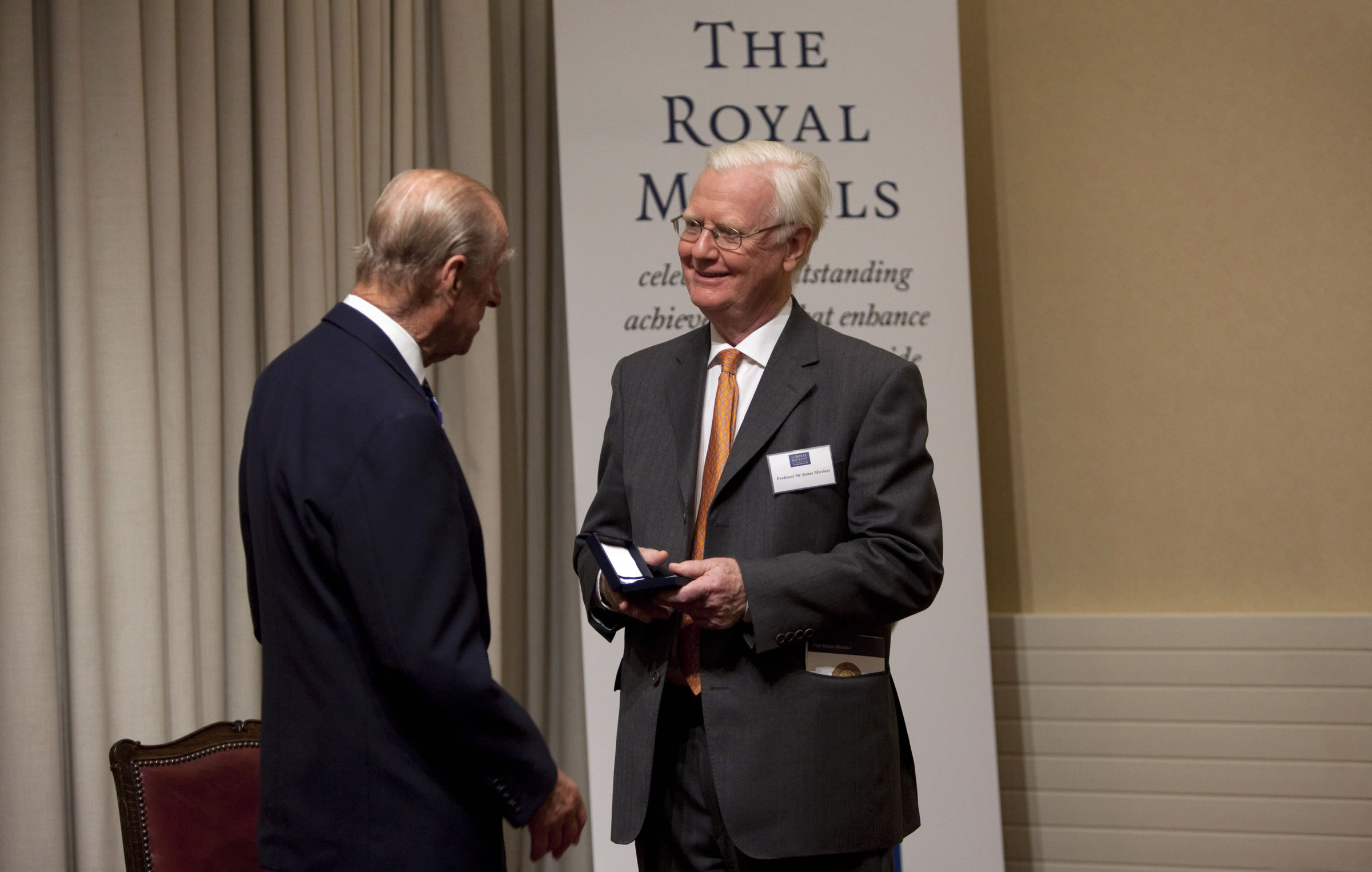 Professor Sir James Mirrlees (right), Nobel Laureate in Economic Sciences and Distinguished Professor-at-Large of CUHK, receives the Royal Medal 2009 from The Duke of Edinburgh, Prince Philip of the UK