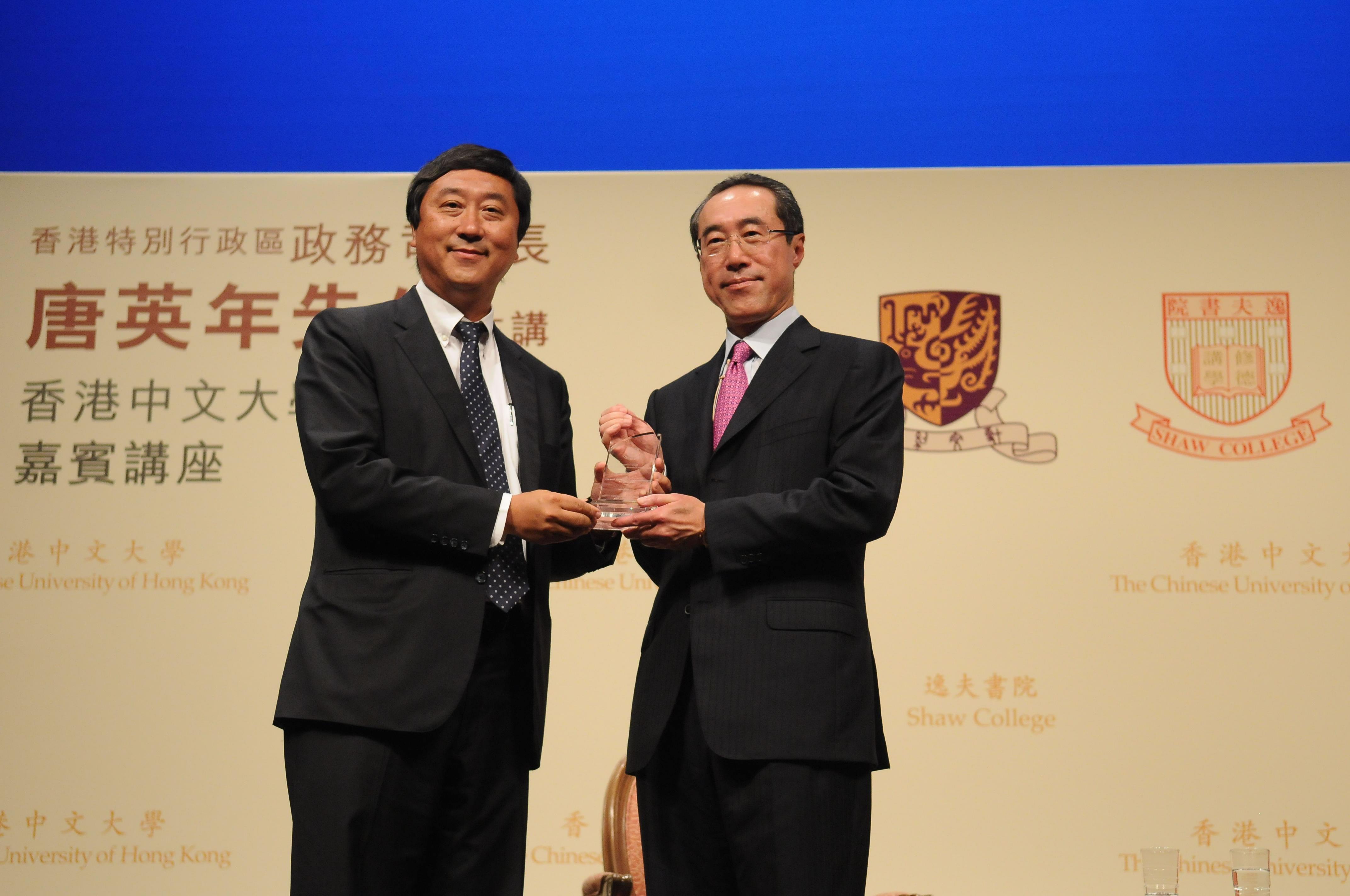 中大逸夫書院院長沈祖堯教授(左)致送紀念品予唐英年司長