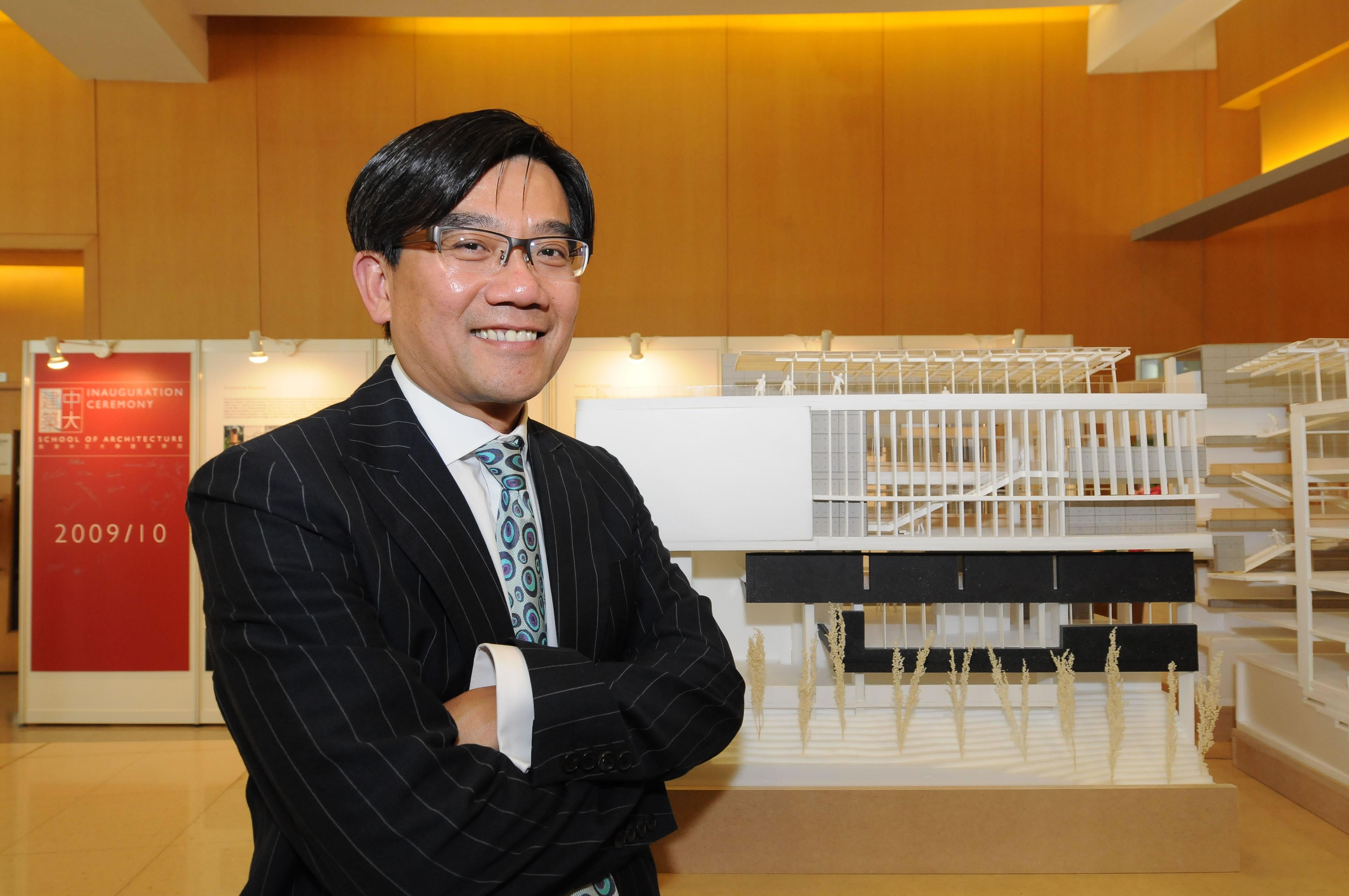 中大建築學院創院院長何培斌教授於新教學大樓模型前留影