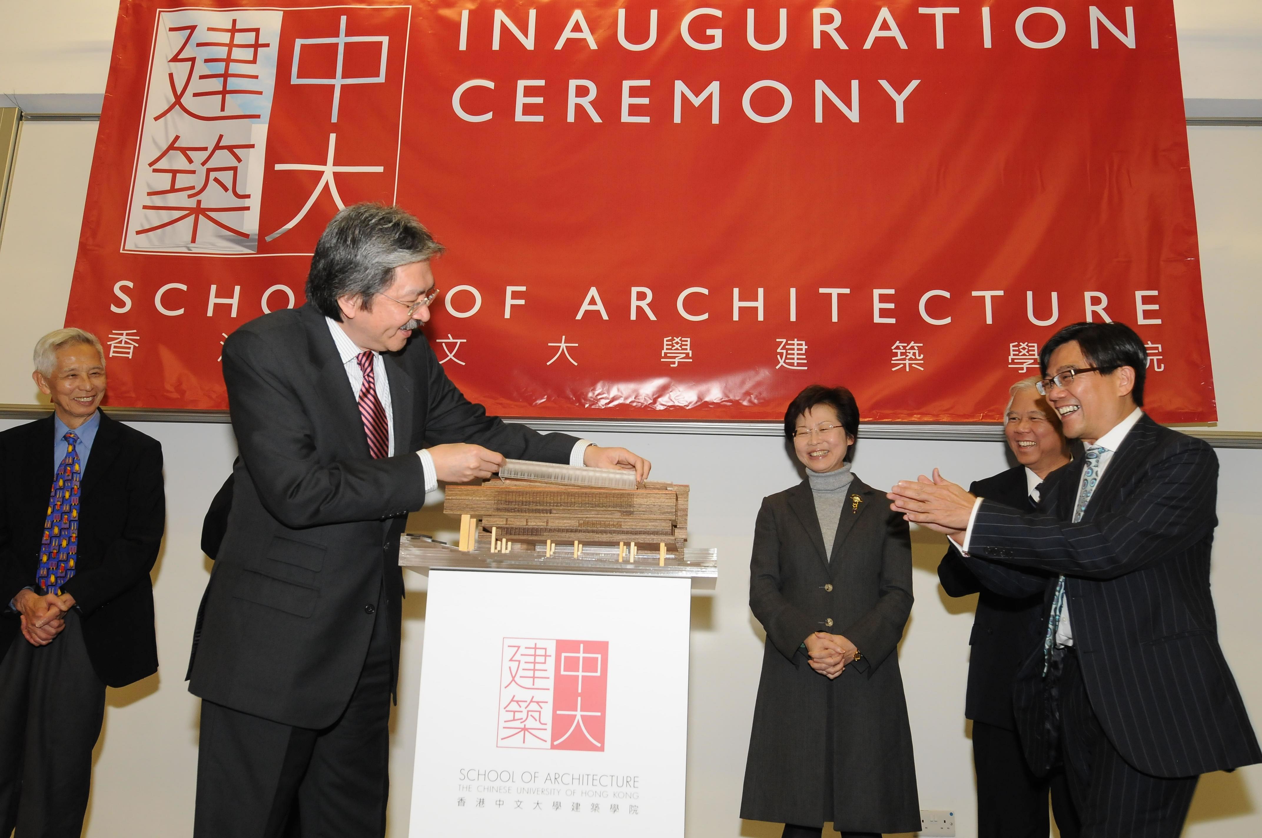 曾俊華司長將手上的組件嵌上新教學大樓模型,象徵為建築學院的新教學樓奠基