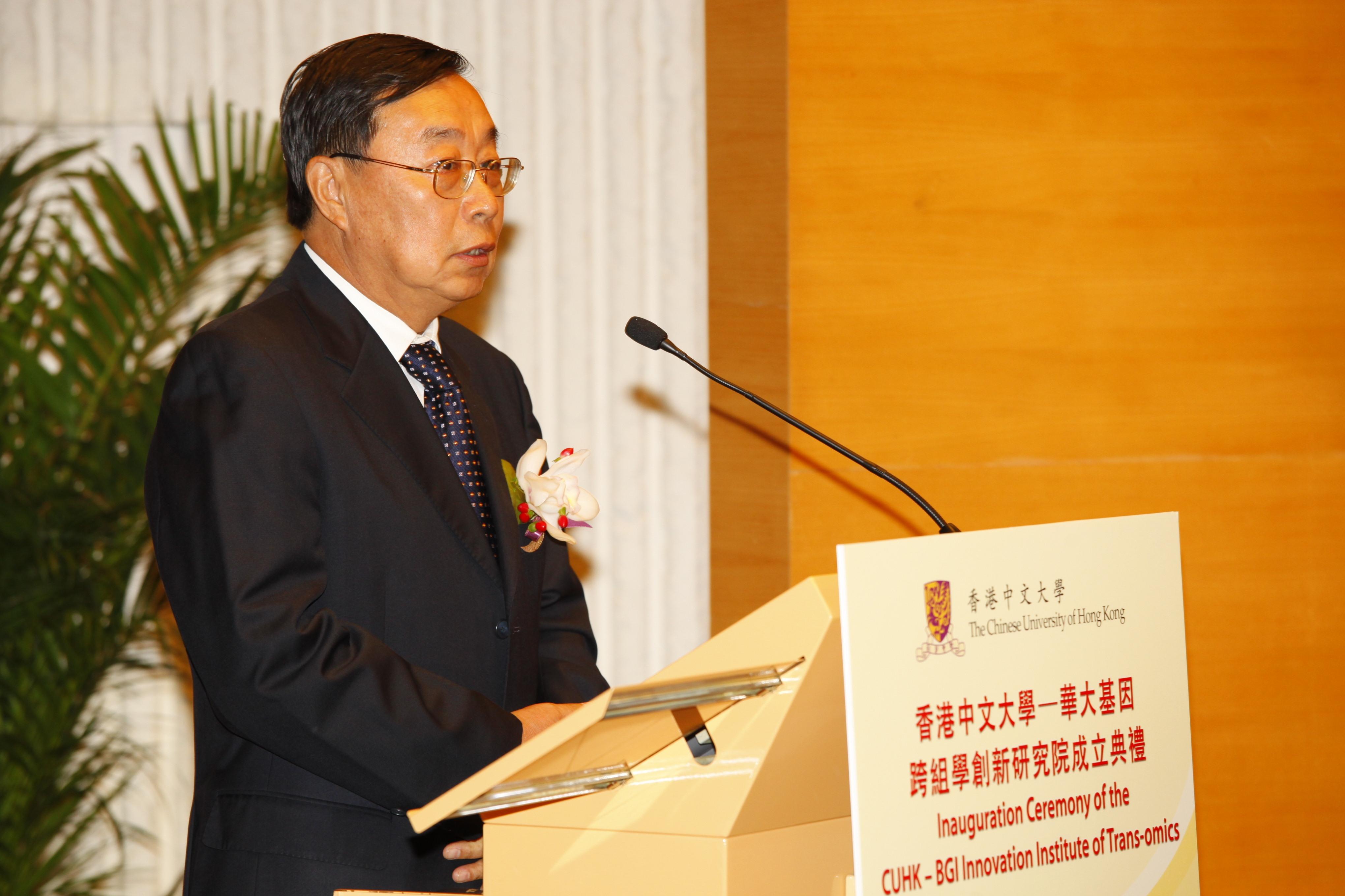 Prof. Liu Yingli gives a speech.