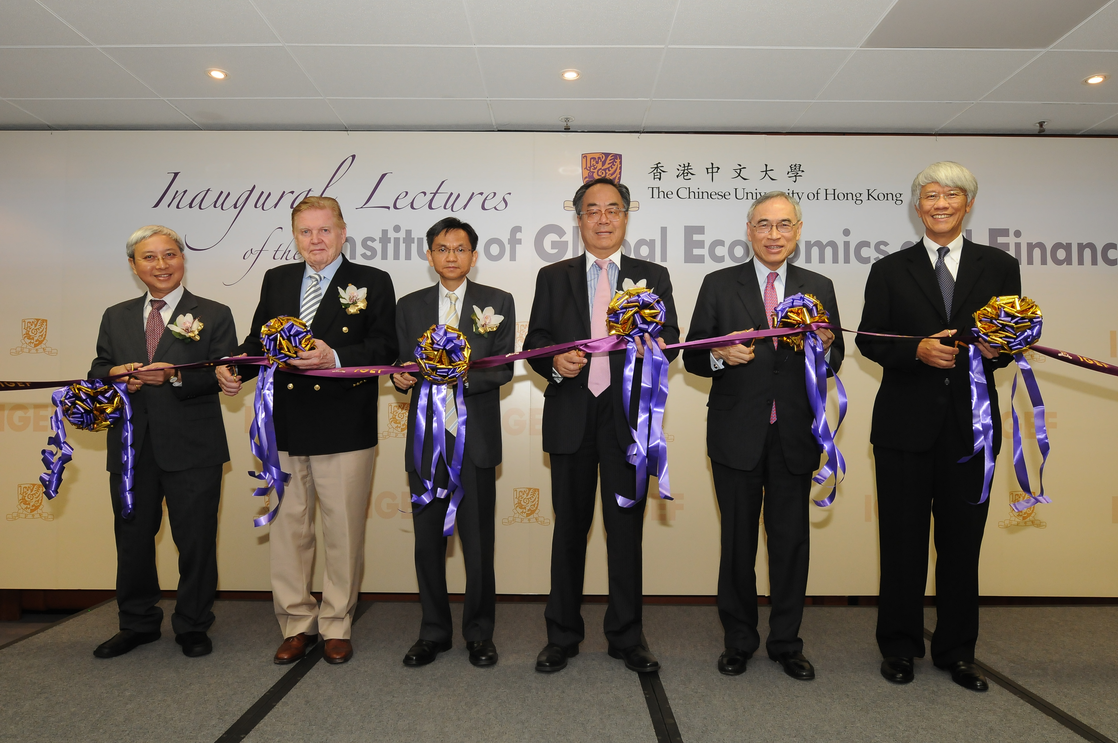 (From left) Prof. Liu Pak-wai, Director of the Institute of Global Economics and Finance, CUHK; Prof. Robert A. Mundell, 1999 Nobel Laureate in Economic Sciences and Distinguished Professor-at-Large, CUHK; Mr. Mak Nak Keung, Chief Economist of Sun Hung Kai Properties Ltd.; Dr. Di Weiping, Chief Executive of the Hong Kong Branch of China Development Bank Corporation; Prof. Lawrence J. Lau, Vice-Chancellor and Ralph and Claire Landau Professor of Economics, CUHK; and Prof. Joseph Yam, Distinguished Research Fellow of Institute of Global Economics and Finance, CUHK officiate at the Inauguration Ceremony of the Institute of Global Economics and Finance.