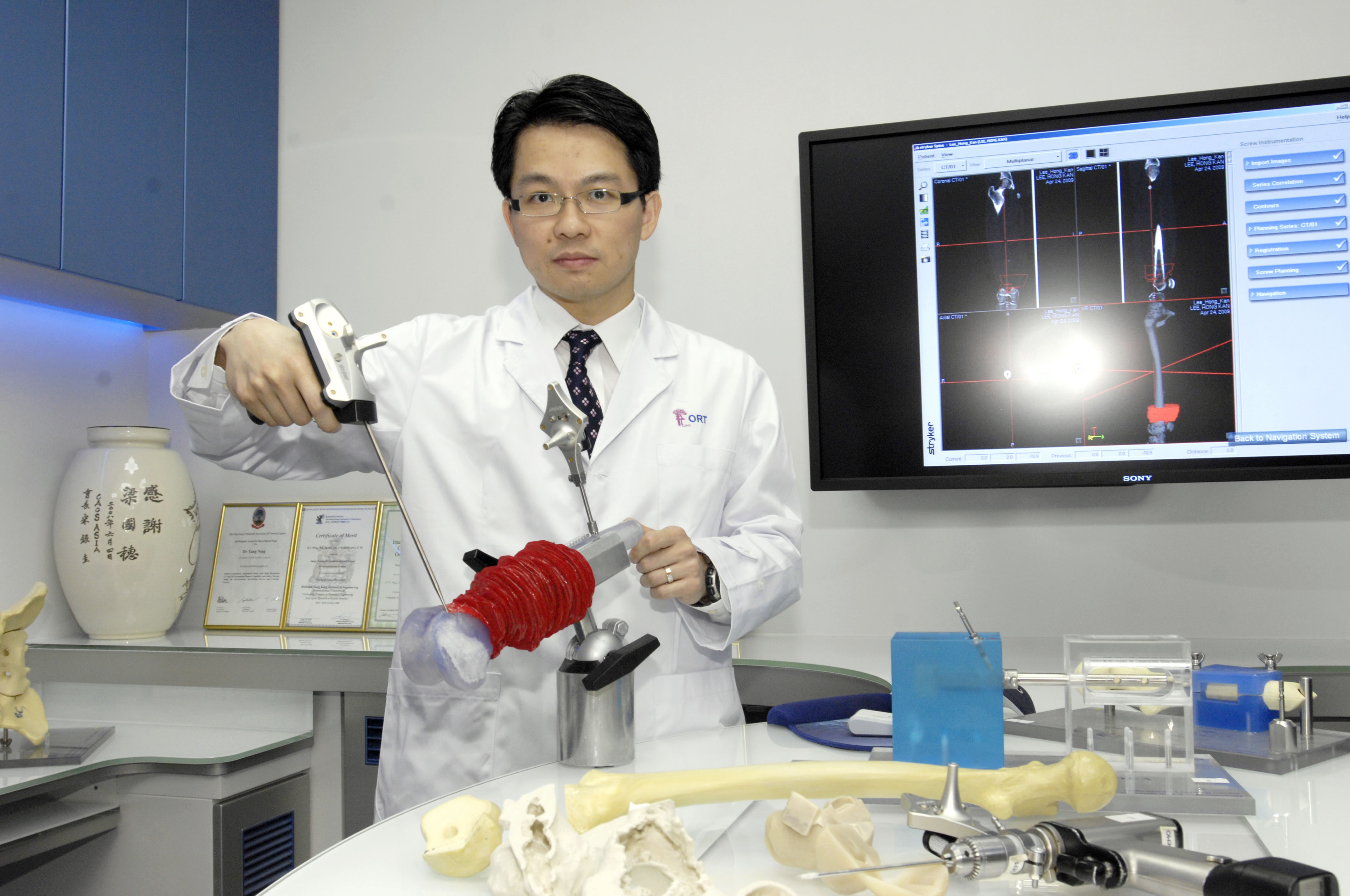 Dr. Kwok Chuen WONG, Clinical Assistant Professor (honorary), Department of Orthopaedics and Traumatology, CUHK demonstrating the Computer Assisted Orthopaedics system