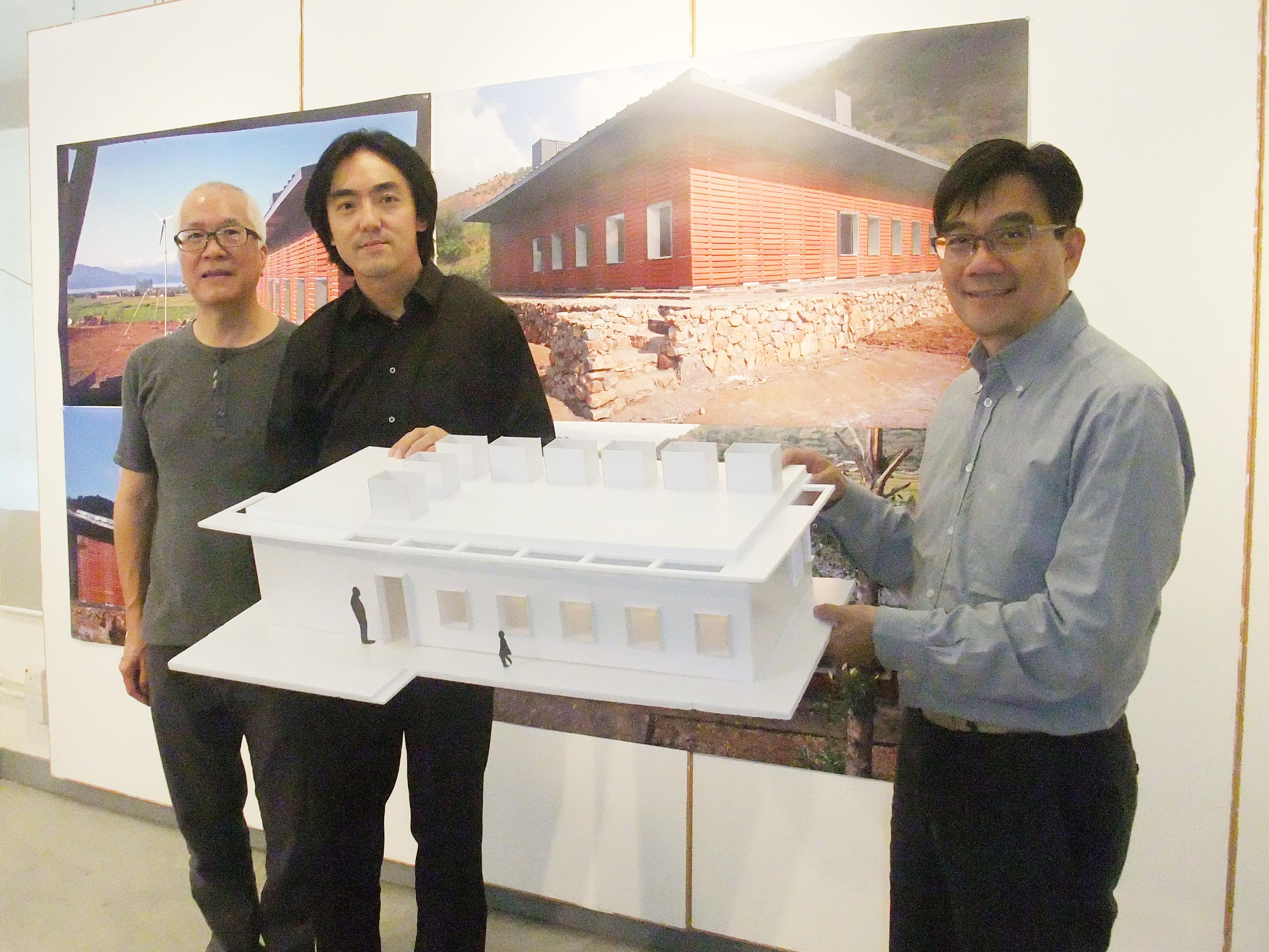 (右起)中大建築學院院長何培斌教授、建築學院副教授朱競翔教授,以及香港龍的文化慈善基金蔡宏烱先生