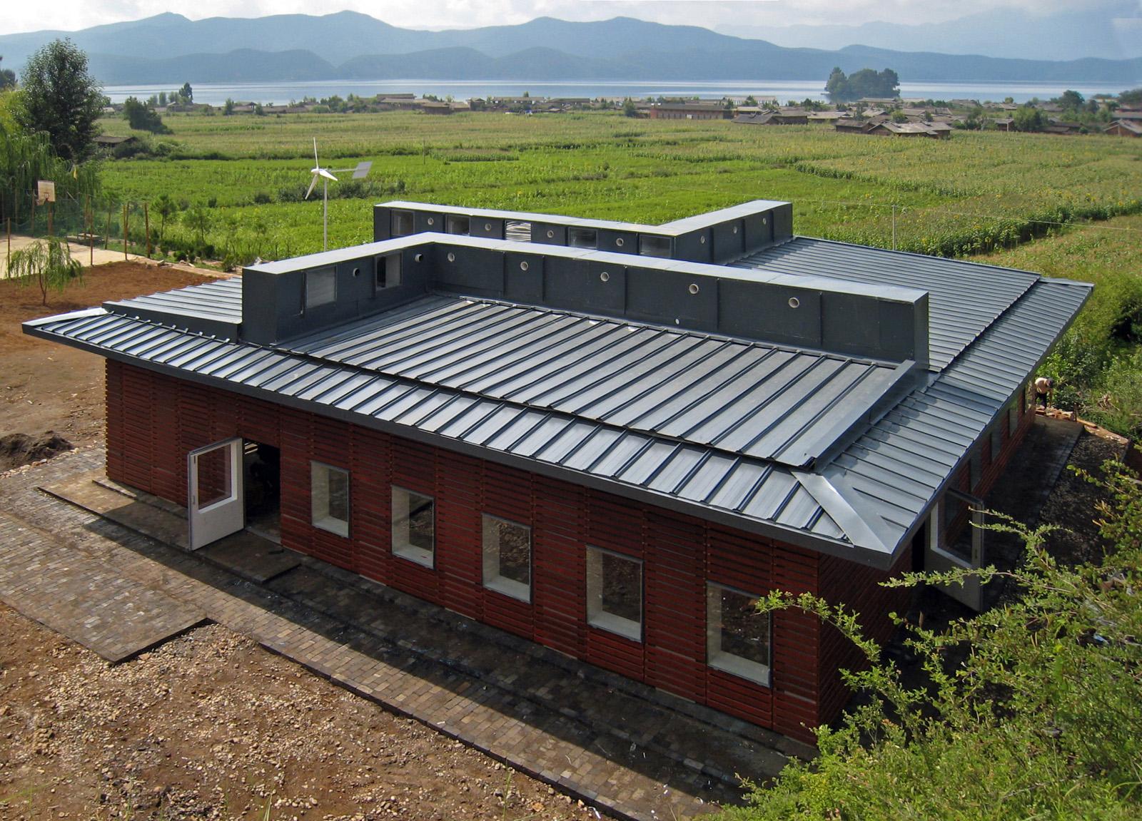 新芽學堂與四川瀘沽湖區自然環境和當地村落的肌理融為一體