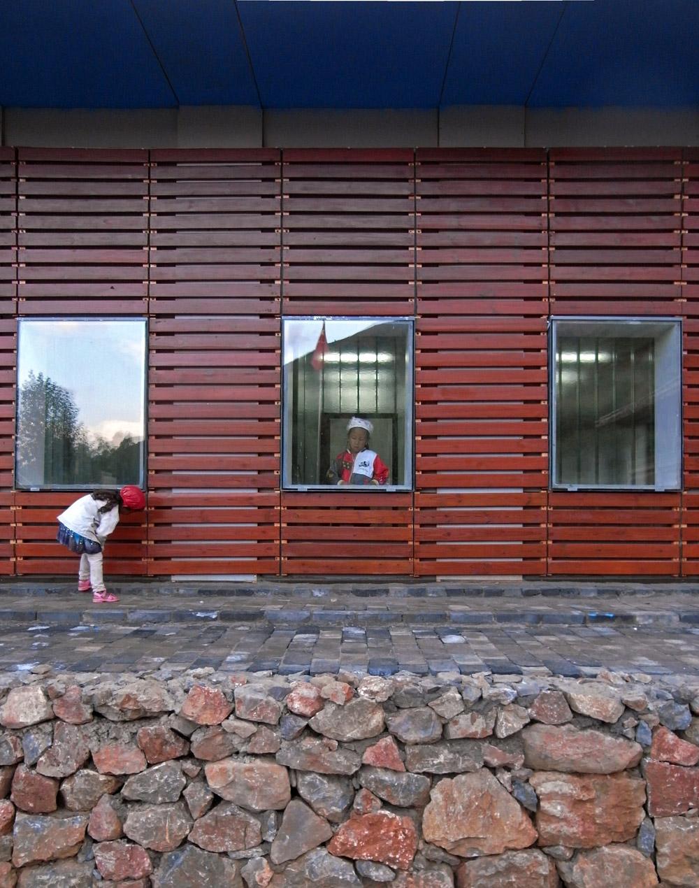 簡單的外圍本製格架設計,使這個現代建築融入鄉村氛圍