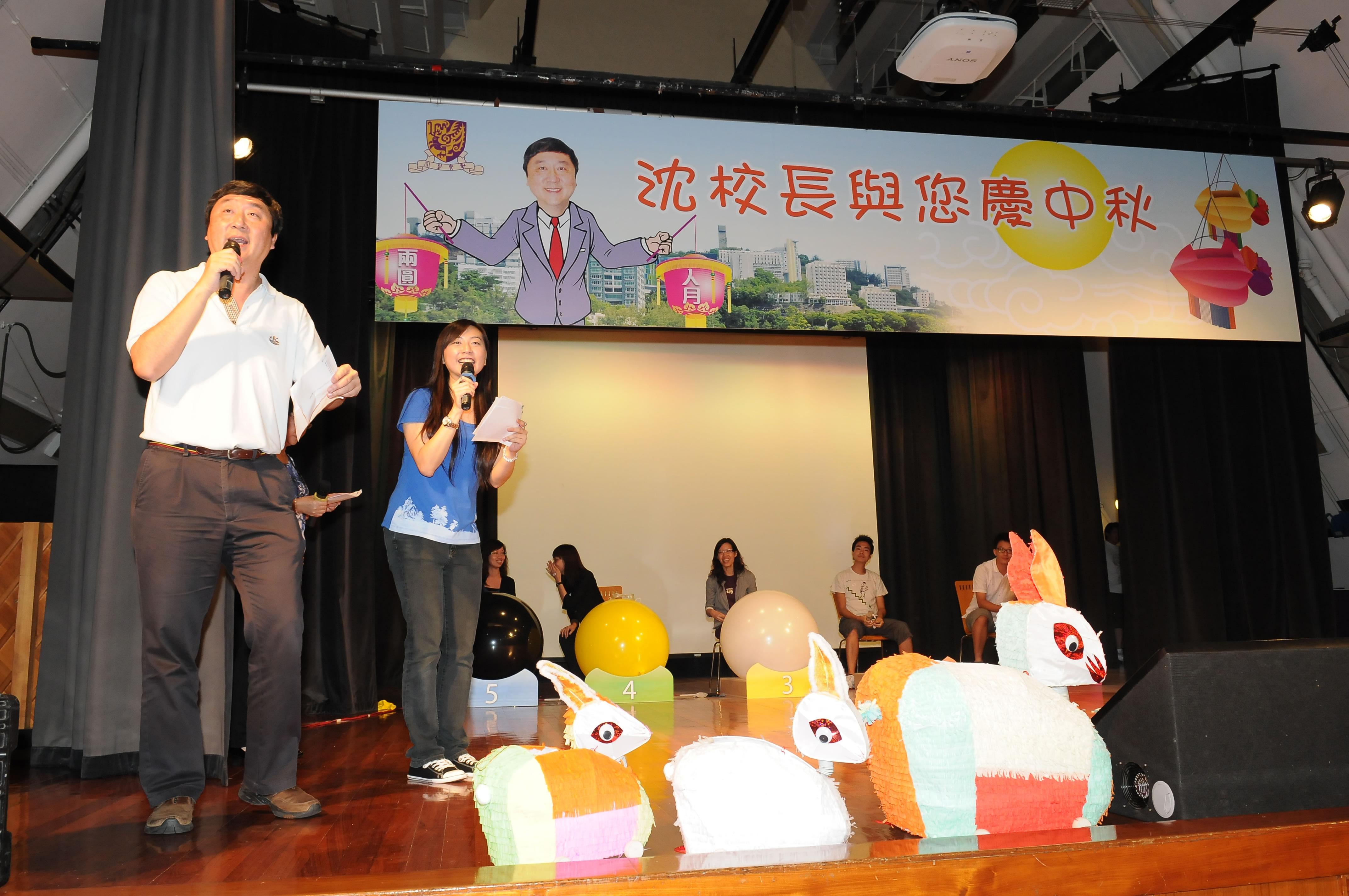 沈祖堯校長參與遊戲節目,與同事打成一片