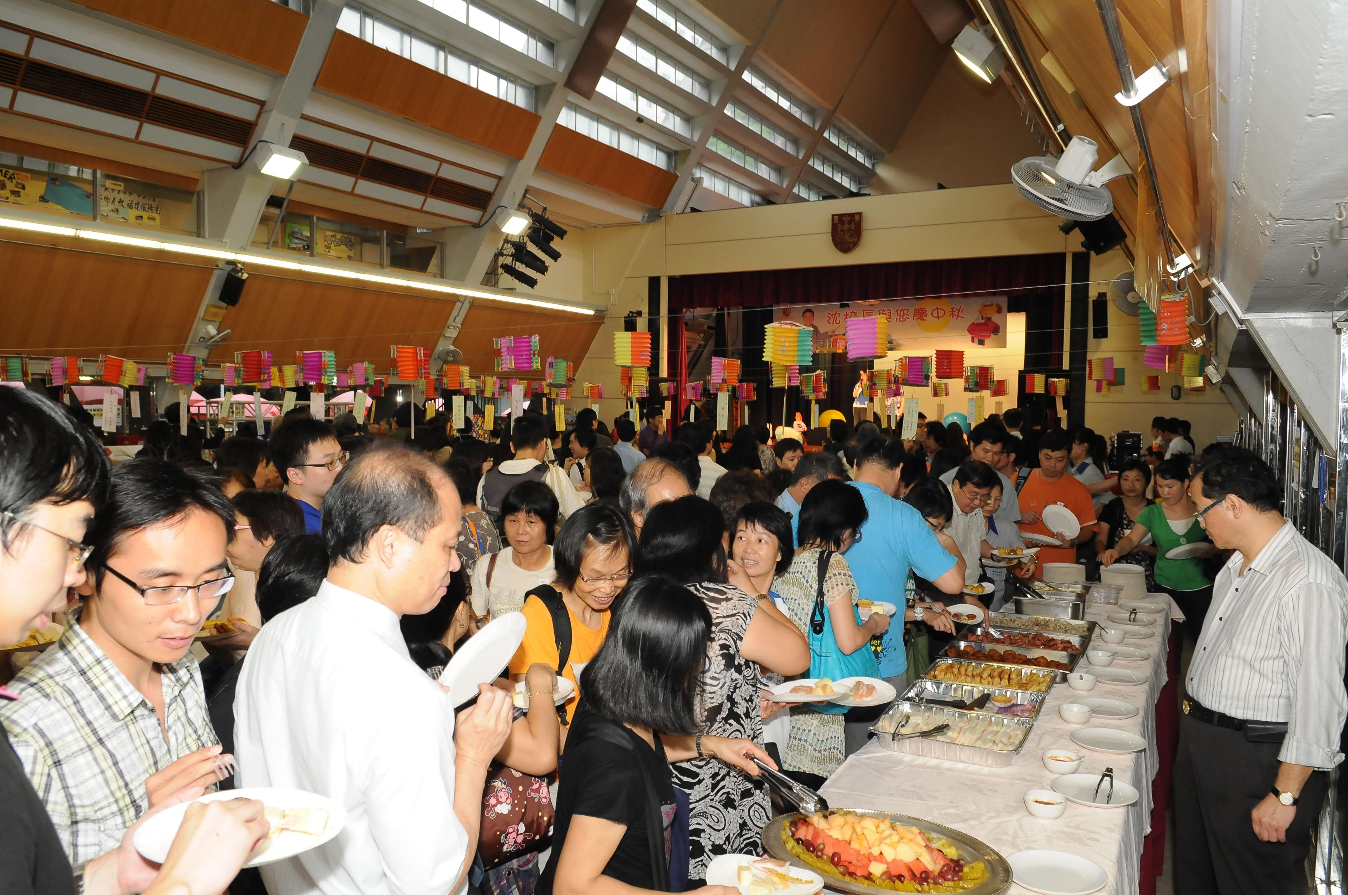 眾志堂內人頭湧湧,員工皆盡情投入參與,並享受美食