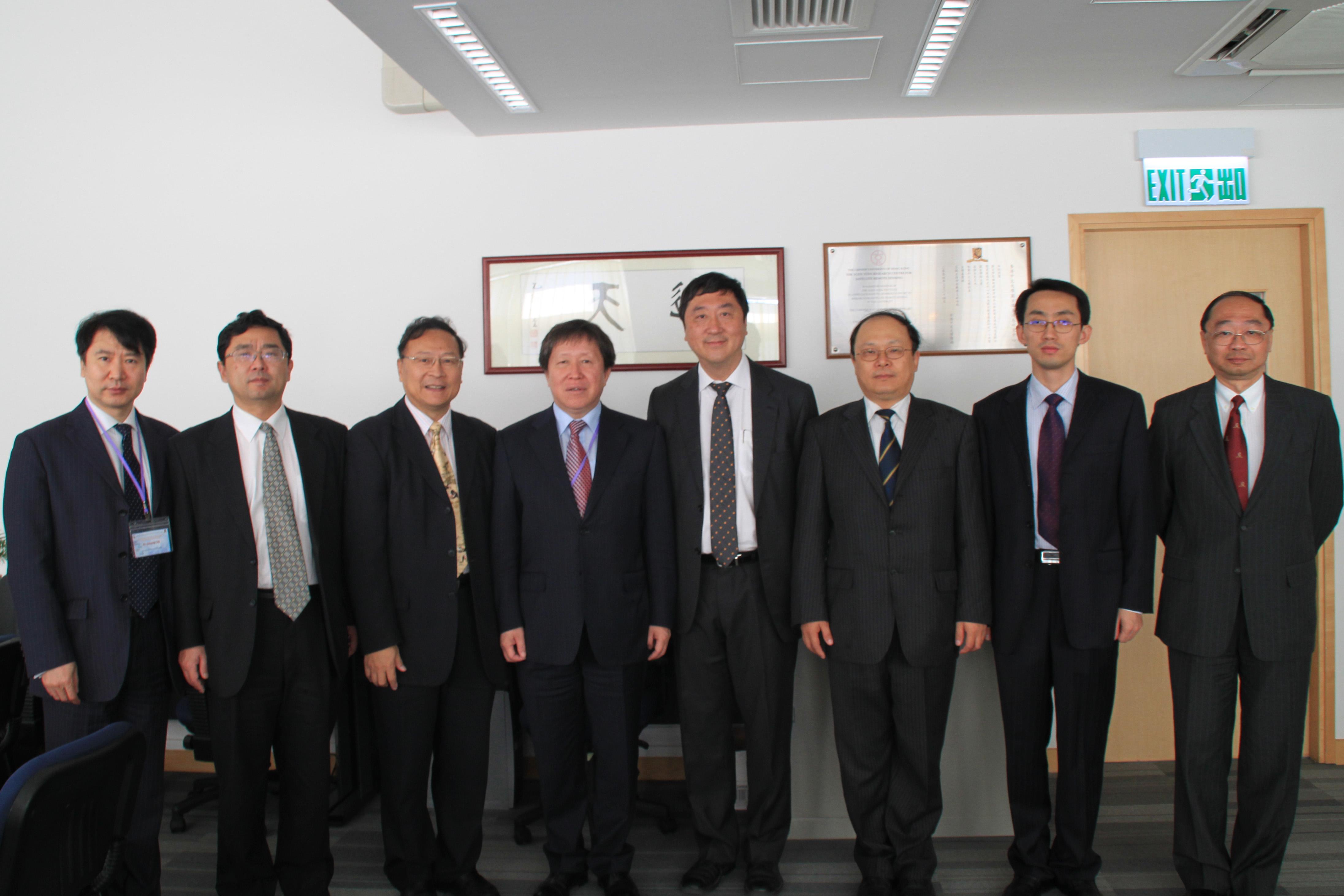 中國國家科技部代表團訪問中大衛星地面接收站 (左起:曹國英副部長、葉東柏副司長、林琿教授、曹健林副部長、沈祖堯校長、廖小罕副司長、孟徽先生,以及黃乃正副校長)