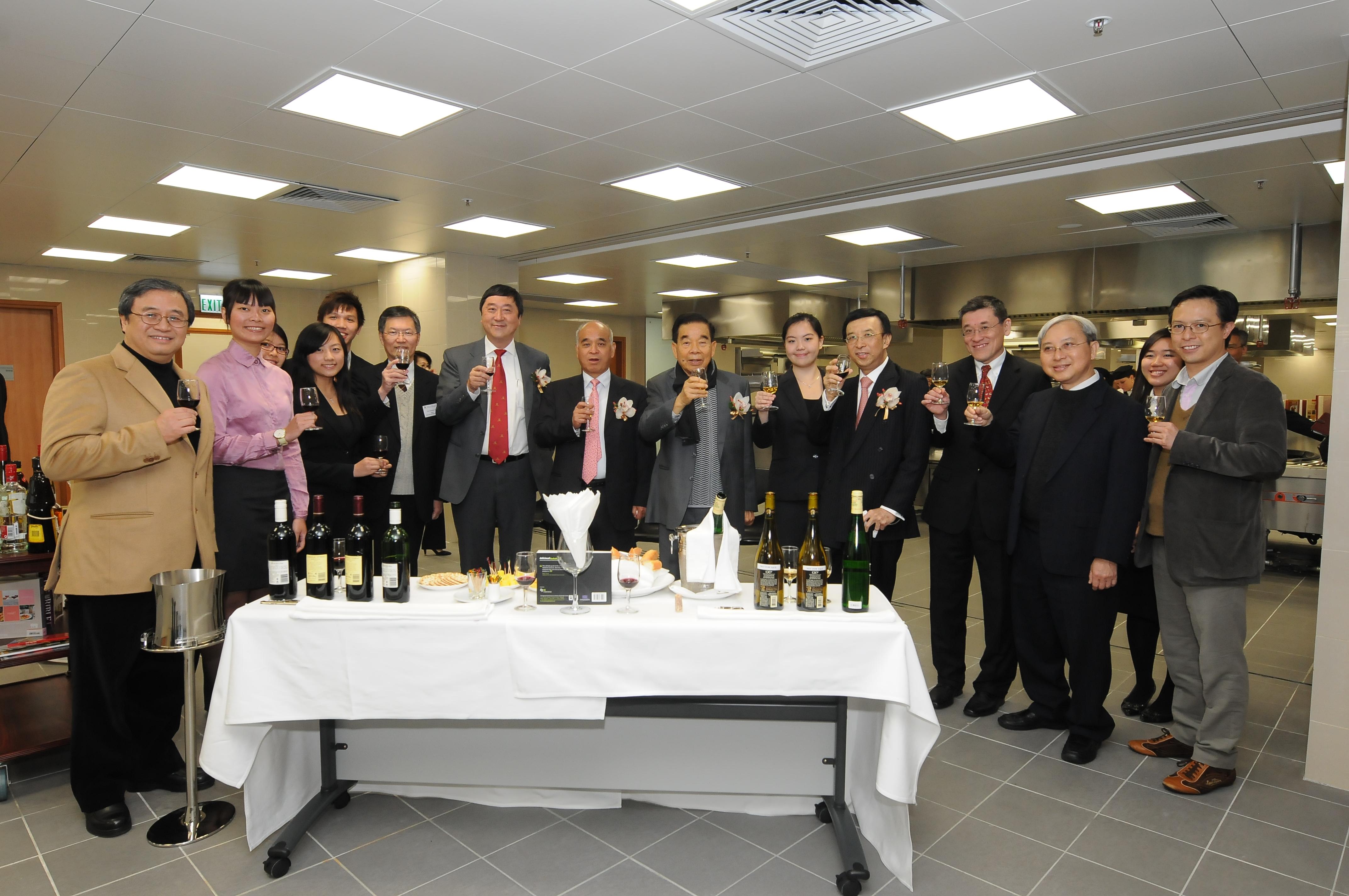 主禮嘉賓參觀設備優良的示範廚房及品酒實驗室