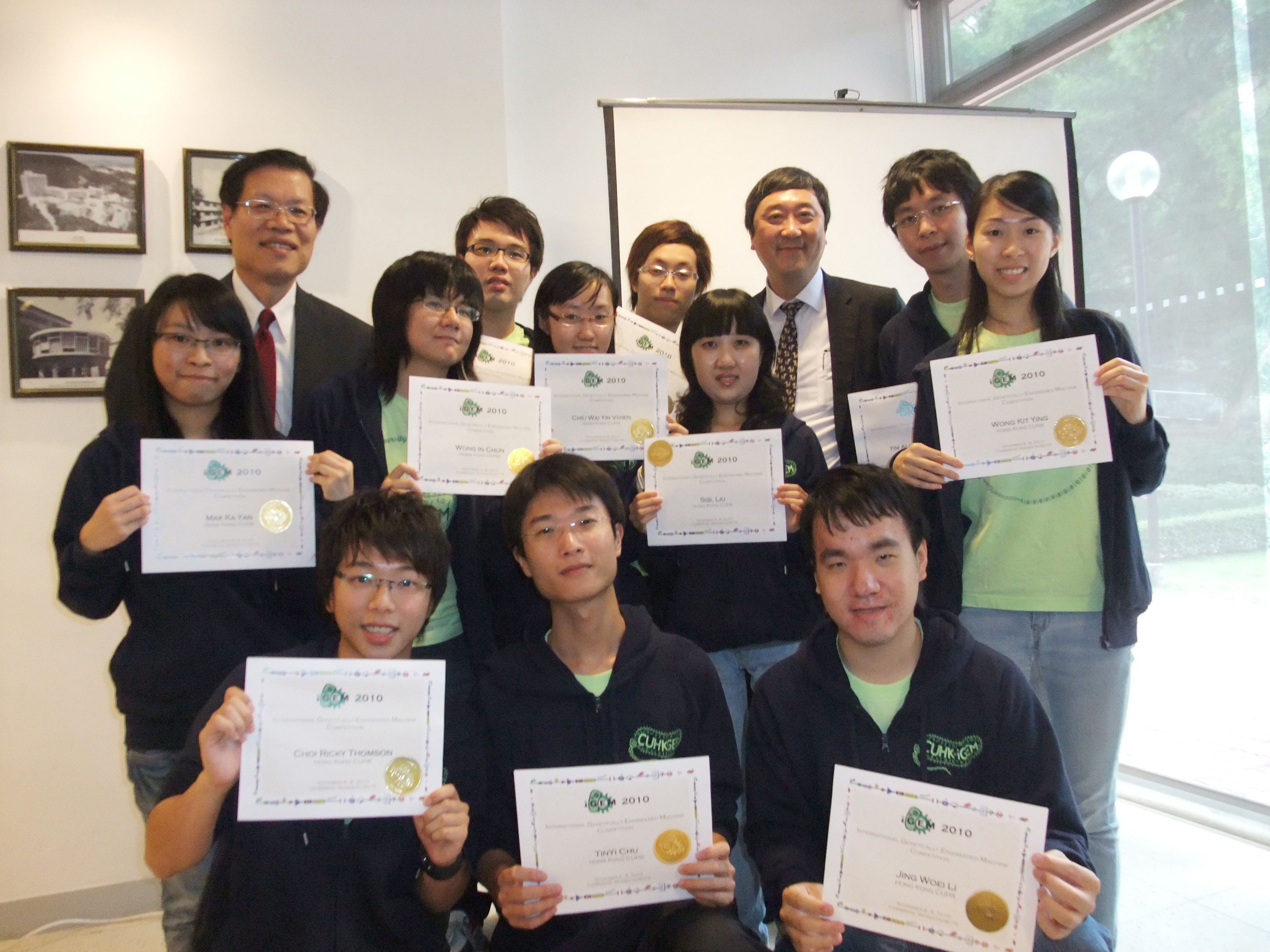 A group photo of Prof. Joseph Sung, CUHK Vice-Chancellor (3rd right, back row), Prof Ng Cheuk-yiu, Dean of Science (1st left, back row) and the award-winning team