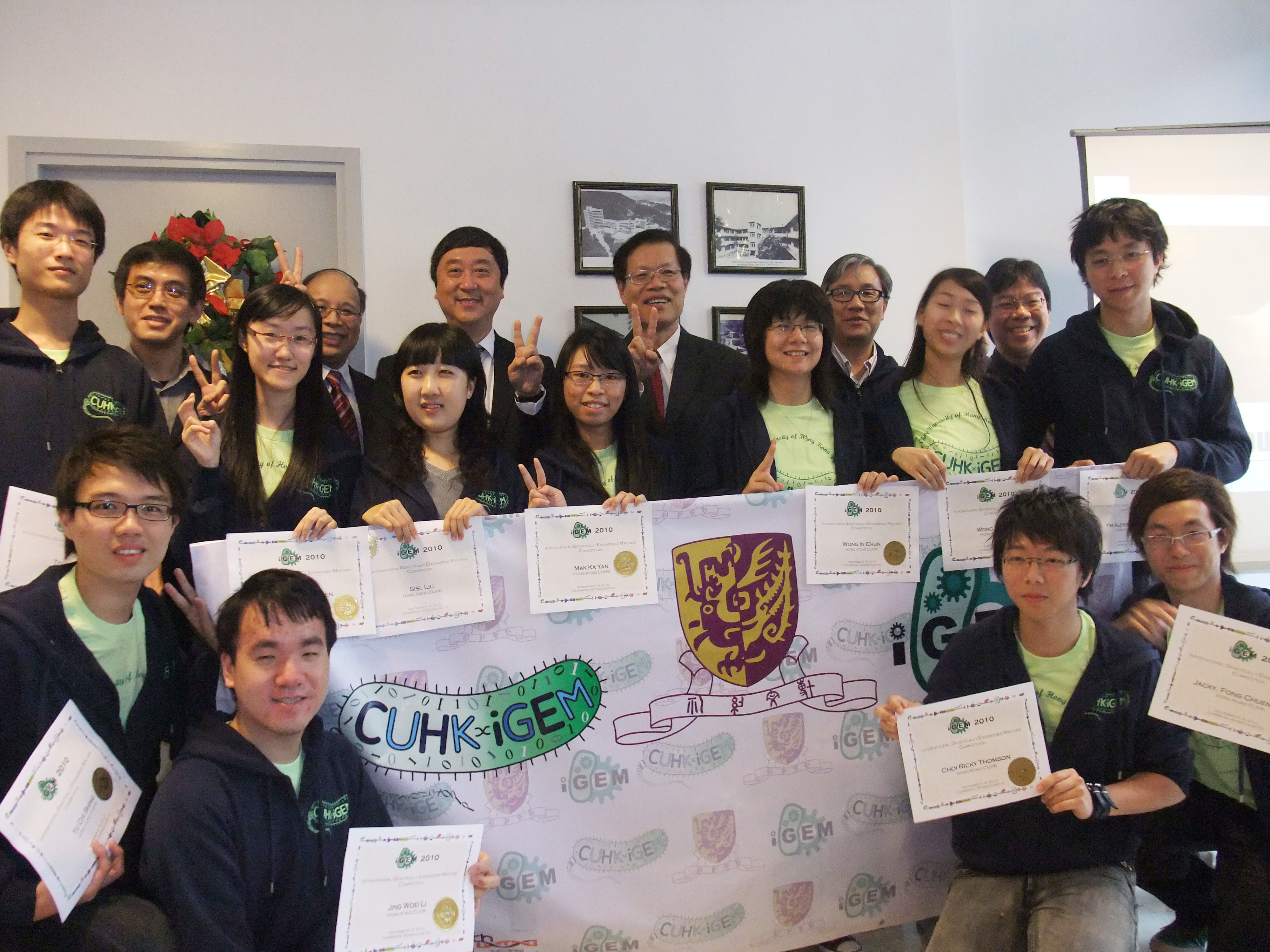 A group photo of Prof. Joseph Sung, CUHK Vice-Chancellor (4th left, back row), Prof Ng Cheuk-yiu , Dean of Science (5th left, back row), Prof. Chu Ka-hou, Acting Director, School of Life Sciences (3rd left, back row) and the award-winning team
