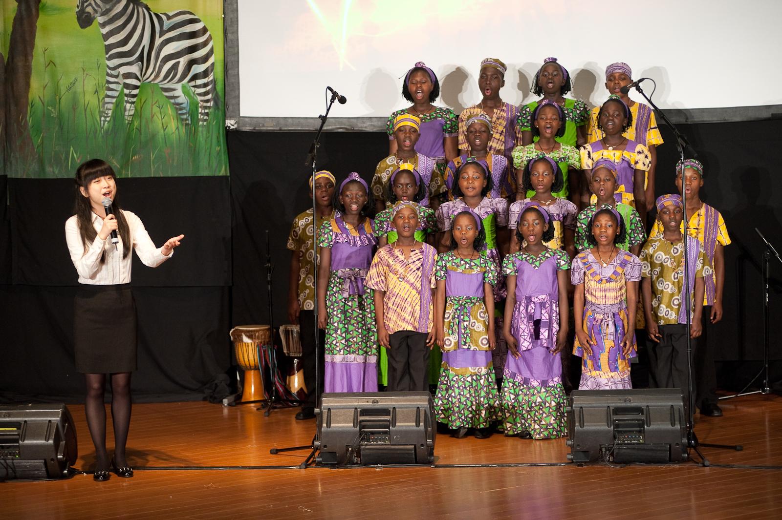 沈軍同學與合唱團合唱「感恩的心」,共同對未來譜出希望之聲