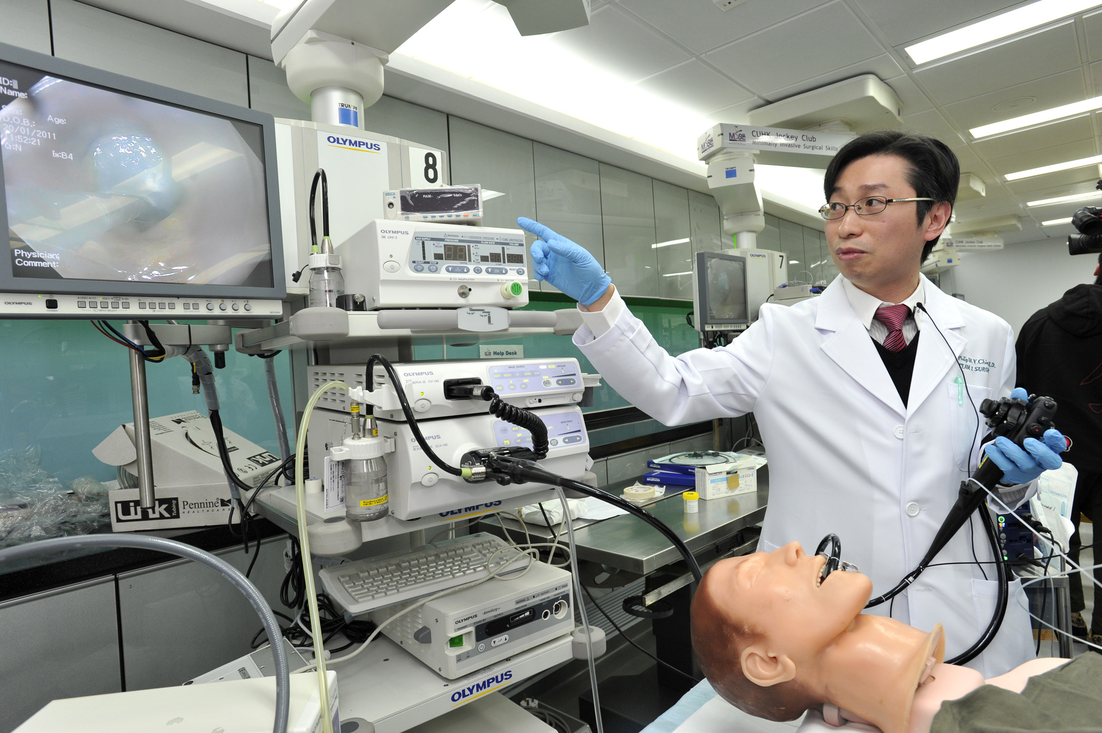 中大外科学系上消化道外科组赵伟仁教授示范如何进行经口内镜食道贲门切开术