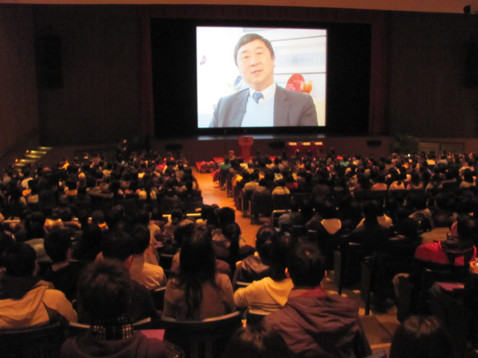 沈祖尧校长身处外地,以录像欢迎各位尖子及家长出席资讯日