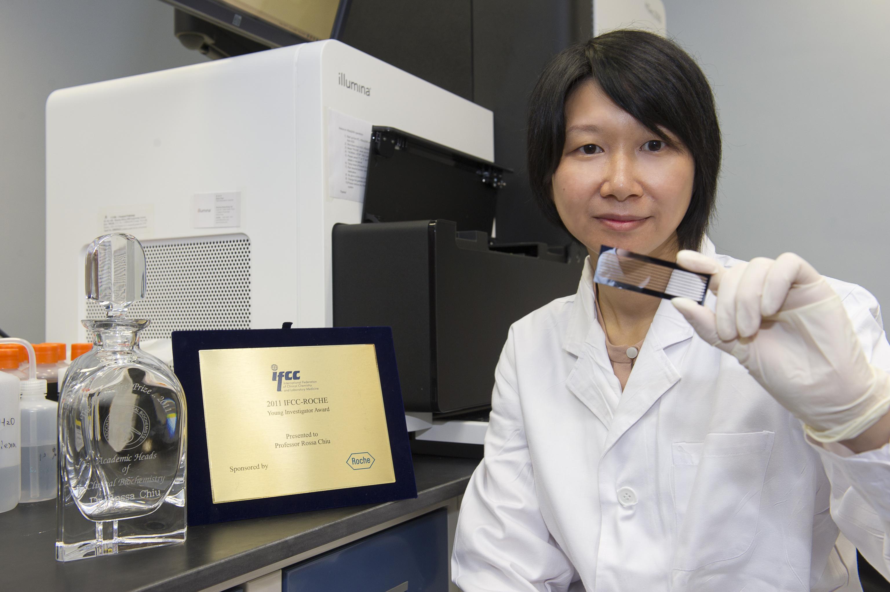 趙慧君教授展示測序晶片。