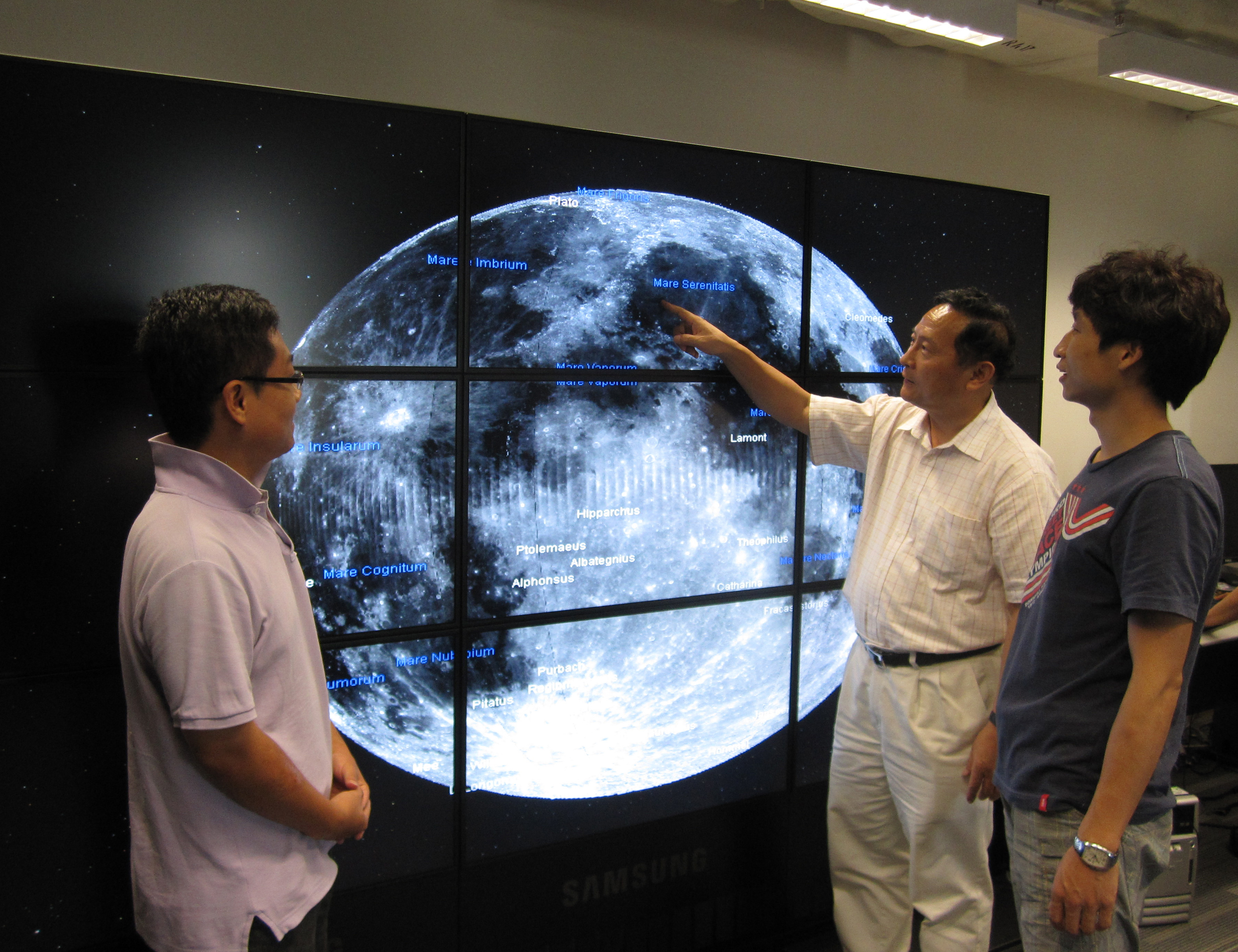 林琿教授(右二)在中大太空所討論「863」研究計劃課題