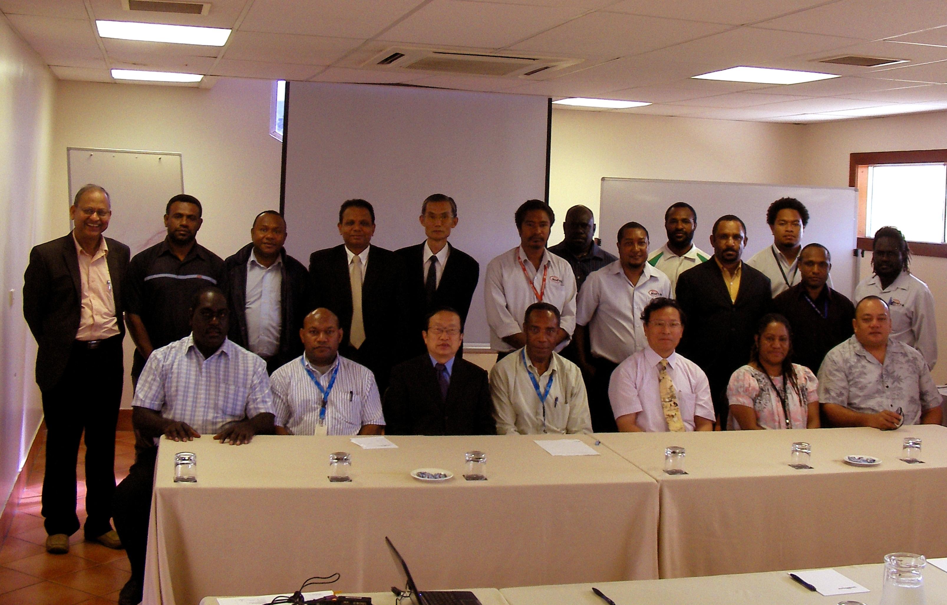 林珲教授(前排右三)与参加培训的联合国官员和巴布亚新矶内亚的学员合影。