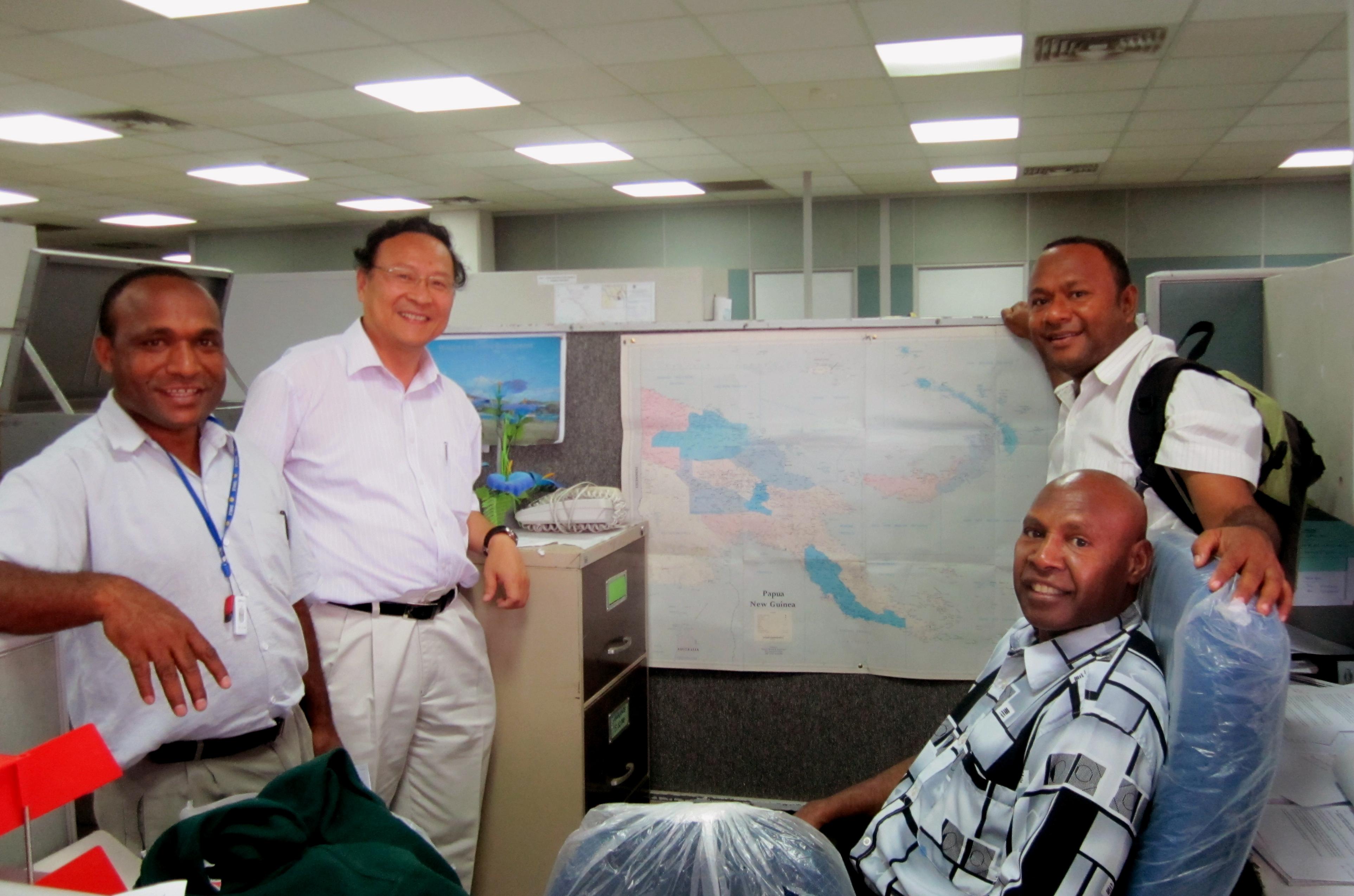 林珲教授(左二)向巴布亚新矶内亚负责国土规划的官员了解国情,并分享卫星遥感的重要性。