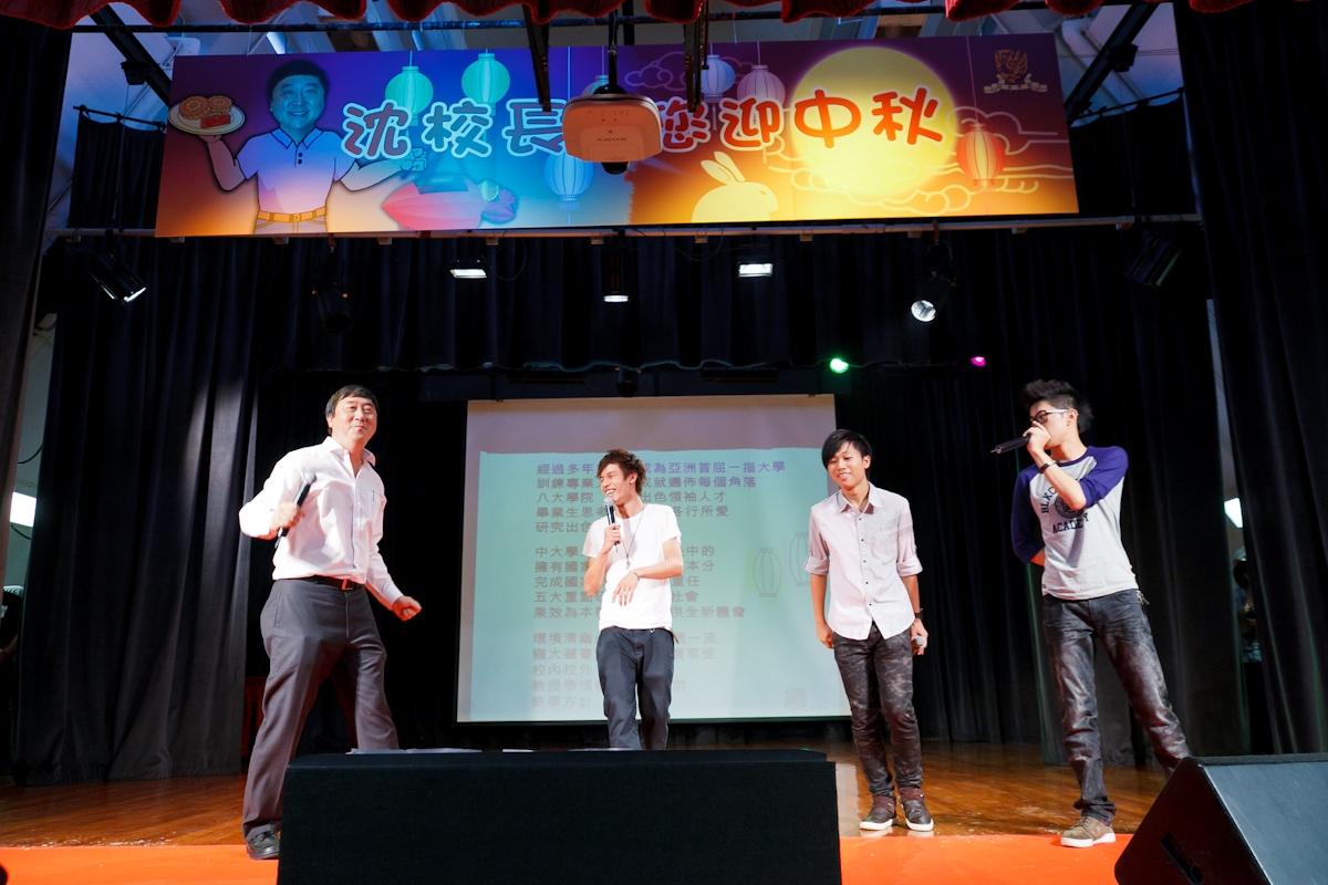 沈校长在台上发放活力, 配合歌词手舞足蹈,与歌手一起Rap歌