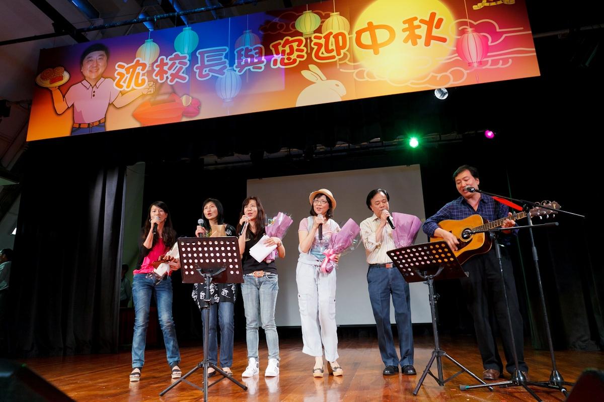 不同部门的同事献唱民歌