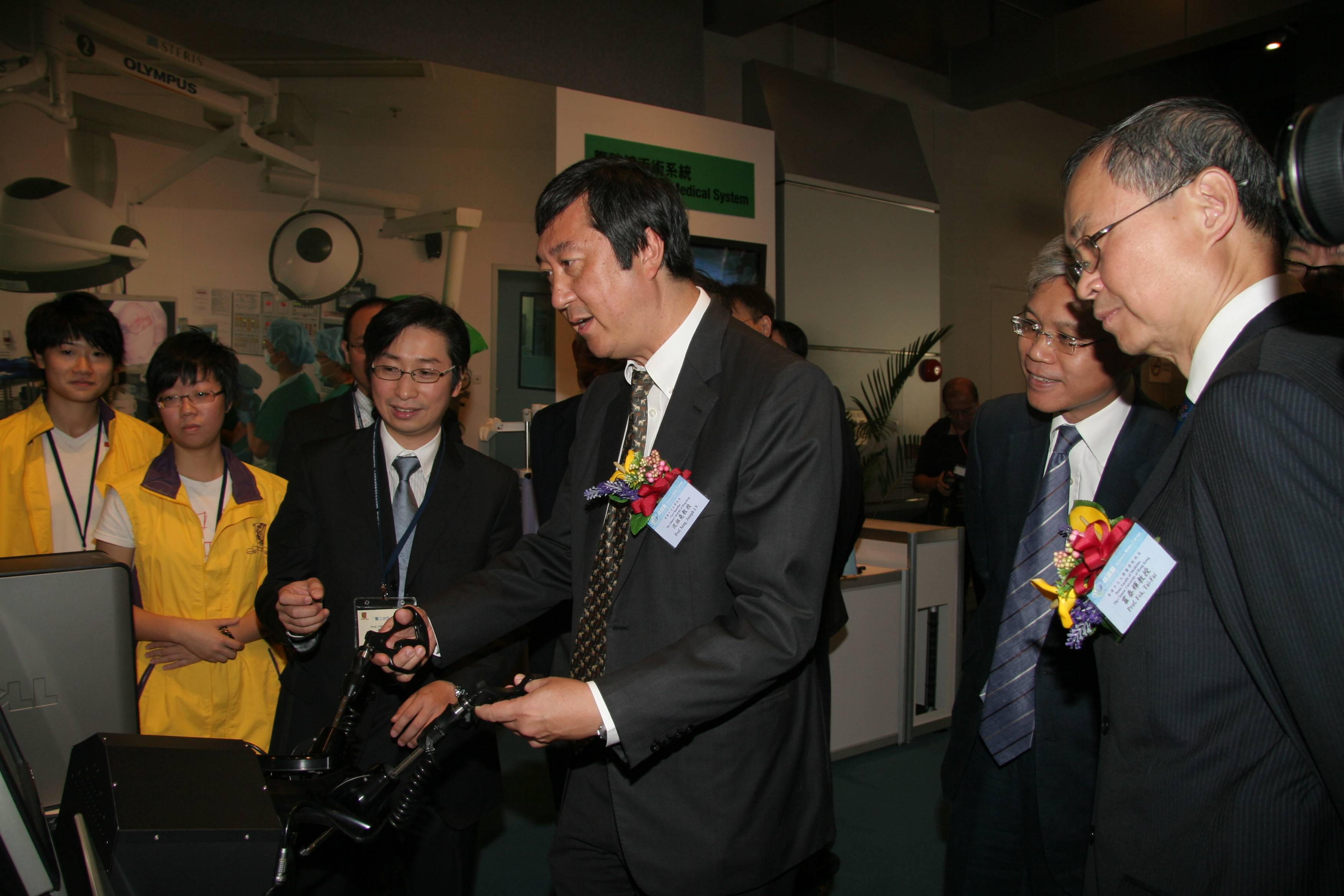 Professor SUNG J.Y. Joseph, CUHK Vice-Chancellor tries the use of a laparoscopic simulator to familiarize with operation procedure.