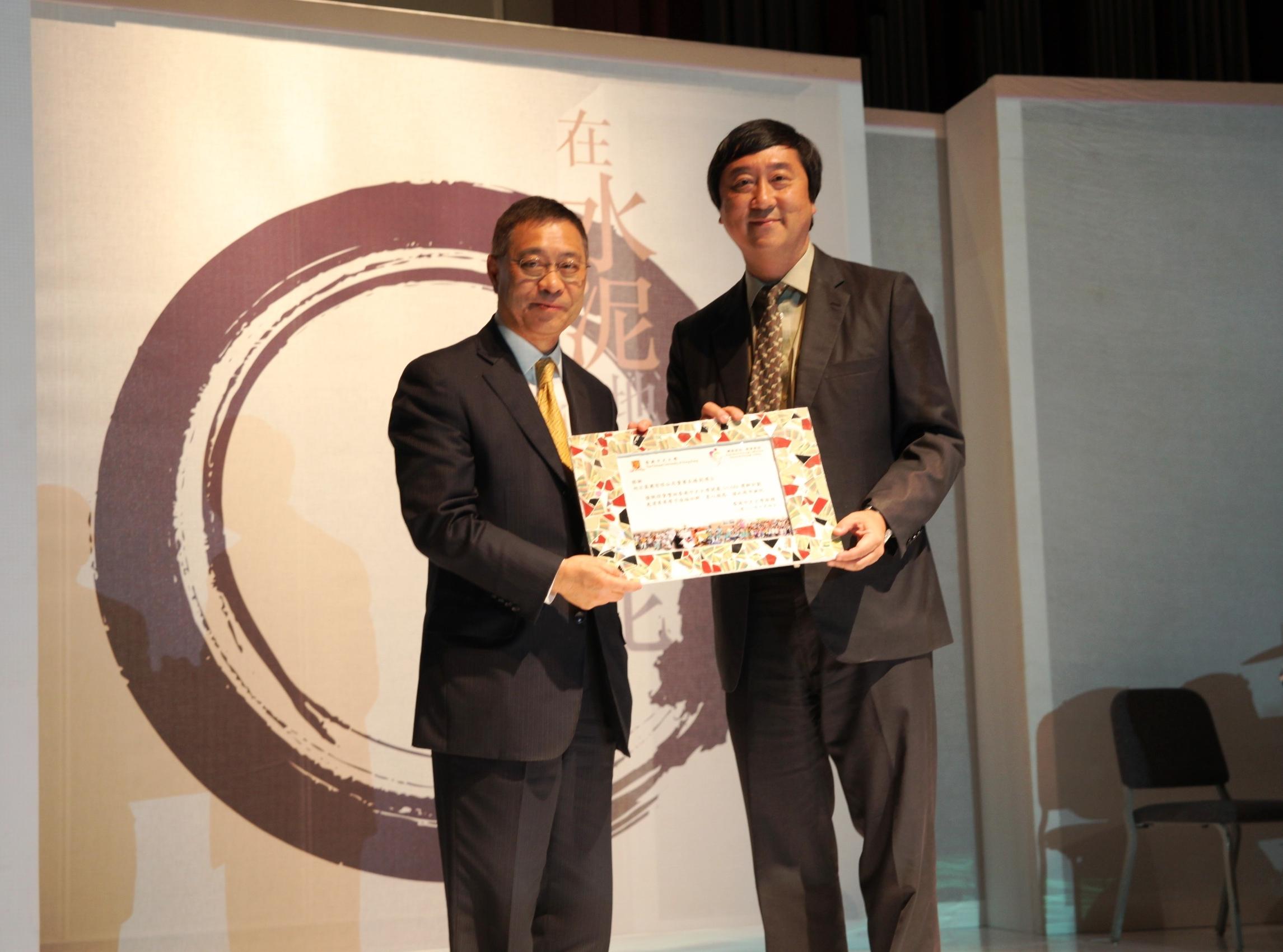 沈祖堯校長致送紀念品予博群計劃捐款機構──旭日集團,由集團副總裁陳永根先生代領。