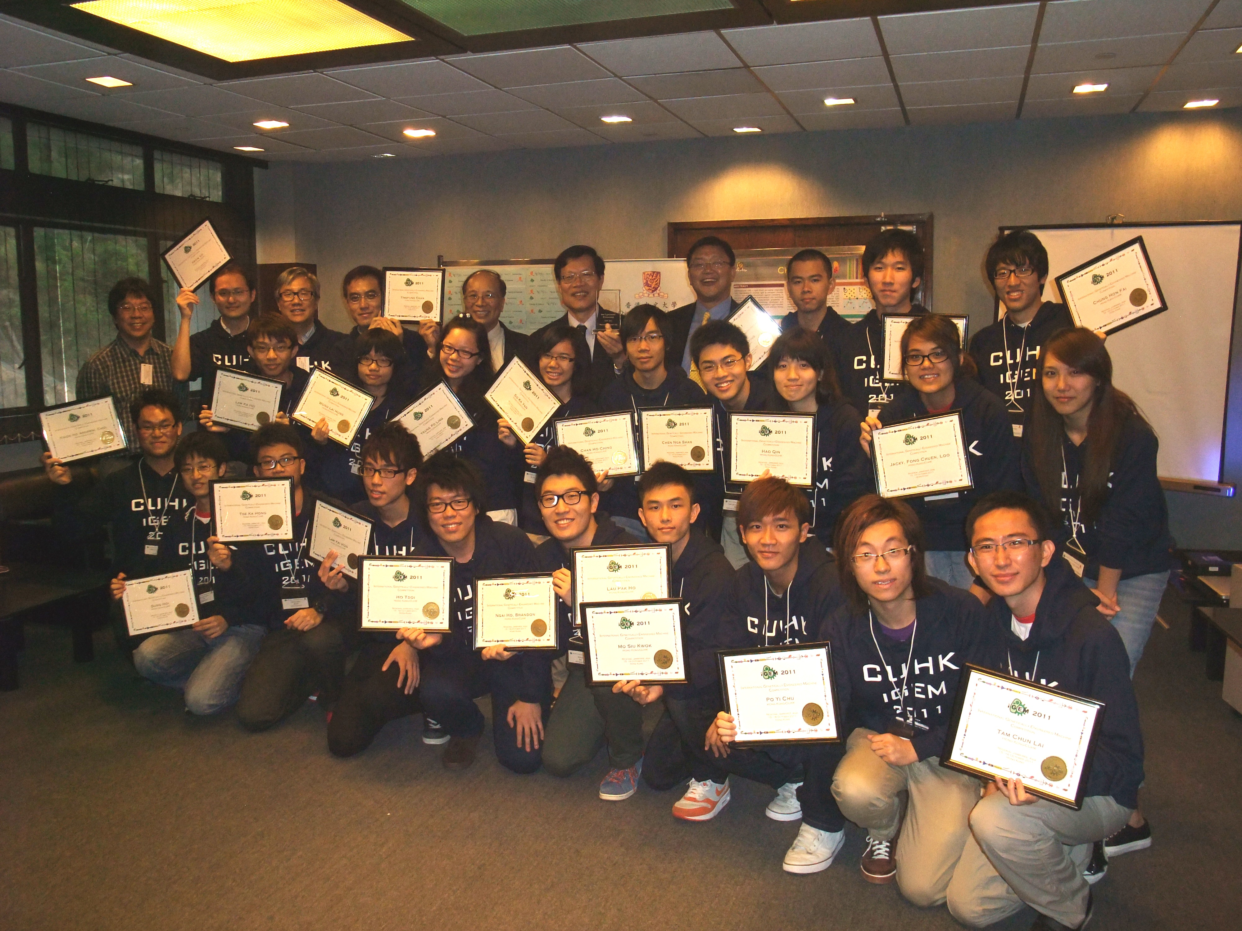 Prof. K.F. Wong, Associate Dean of Engineering; Prof. Ng Cheuk-yiu, Dean of Science; and Prof. Chu Ka-hou, Director of School of Life Sciences (4th right to 6th right, back row) present certificates to the winning students