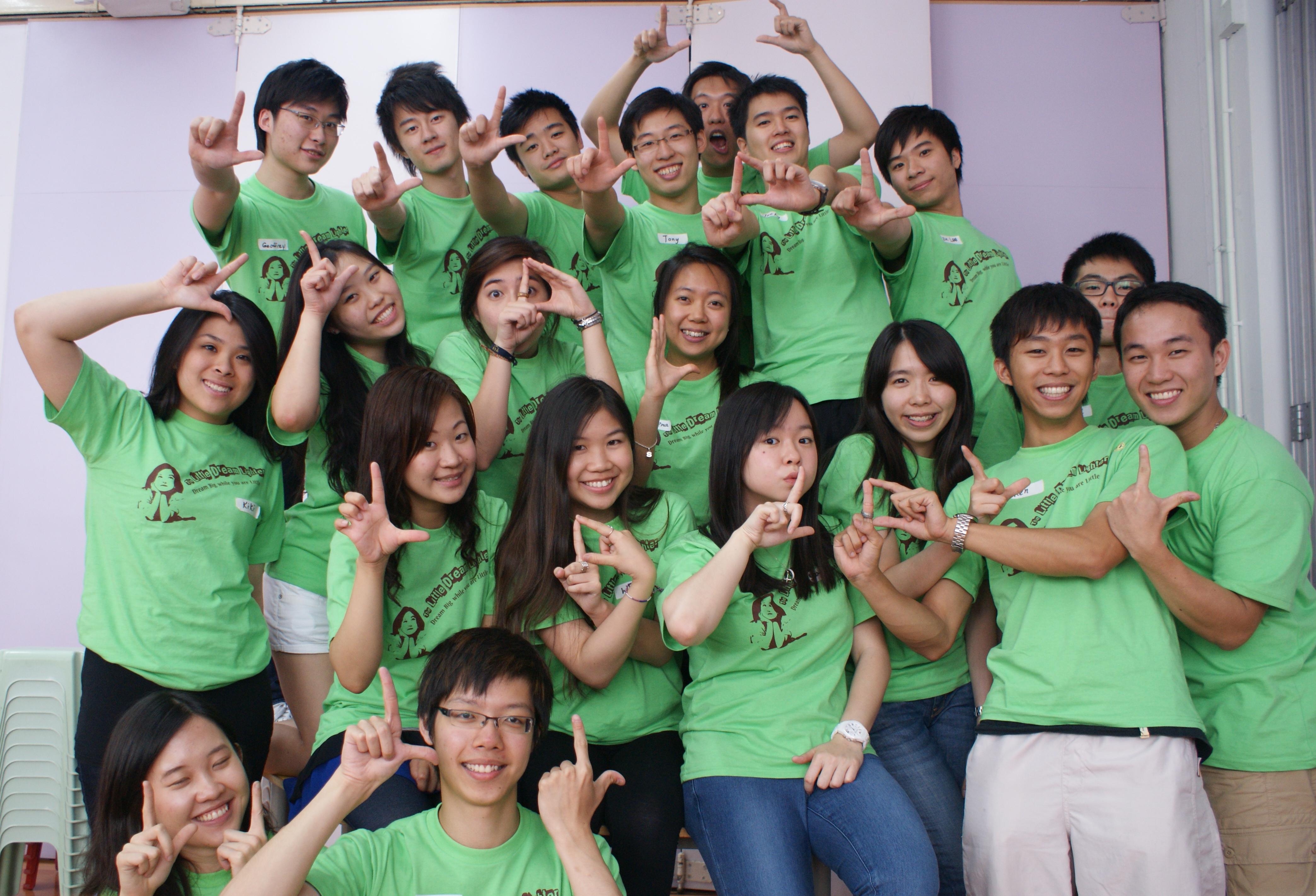 陈健邦同学(右一)与其他志同道合的「点点童梦」导师
