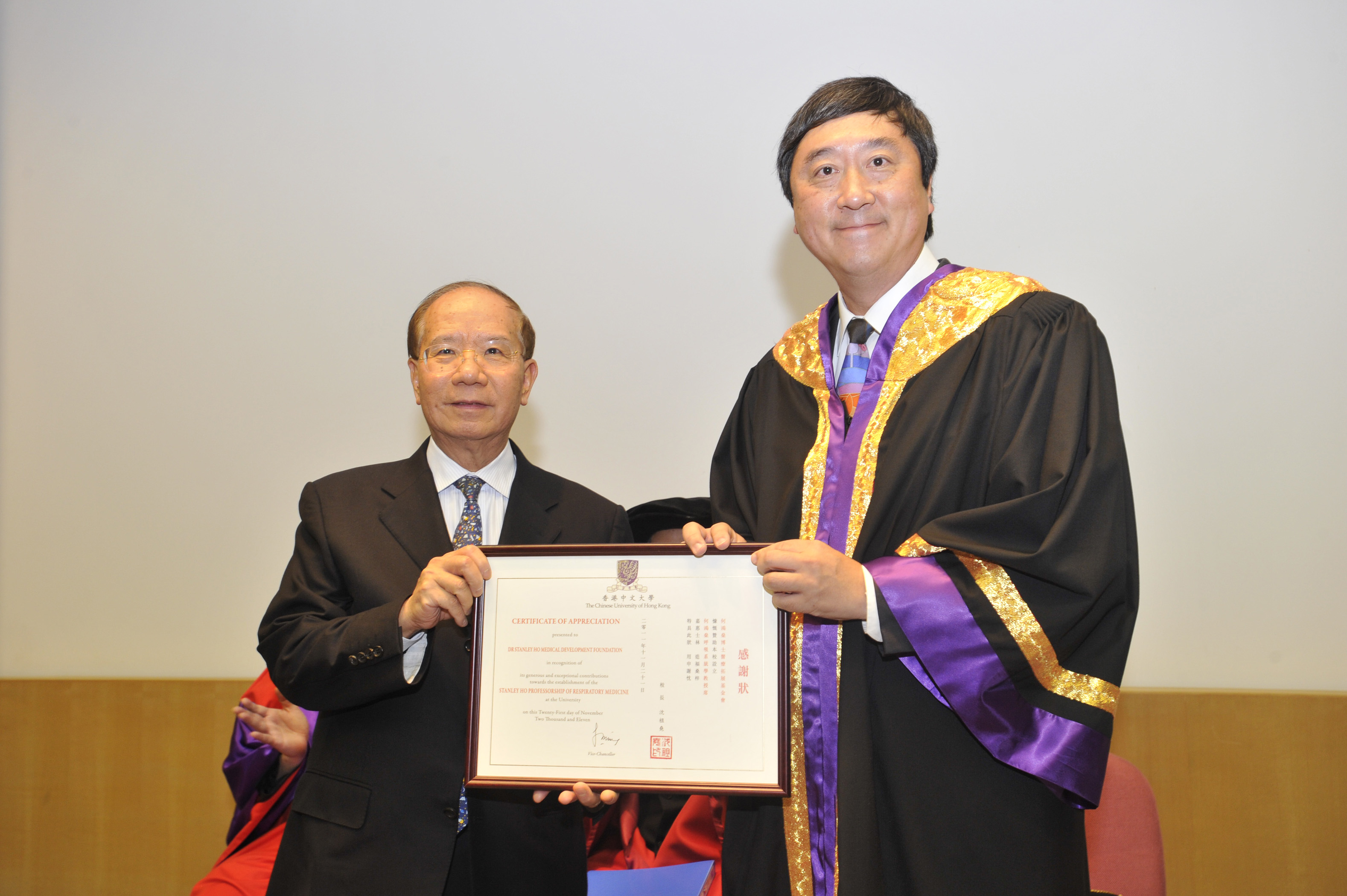 Prof. Joseph J.Y. Sung presents a certificate of appreciation to Dr. Stanley Ho Medical Development Foundation, received by Mr. Patrick W.M. Huen.