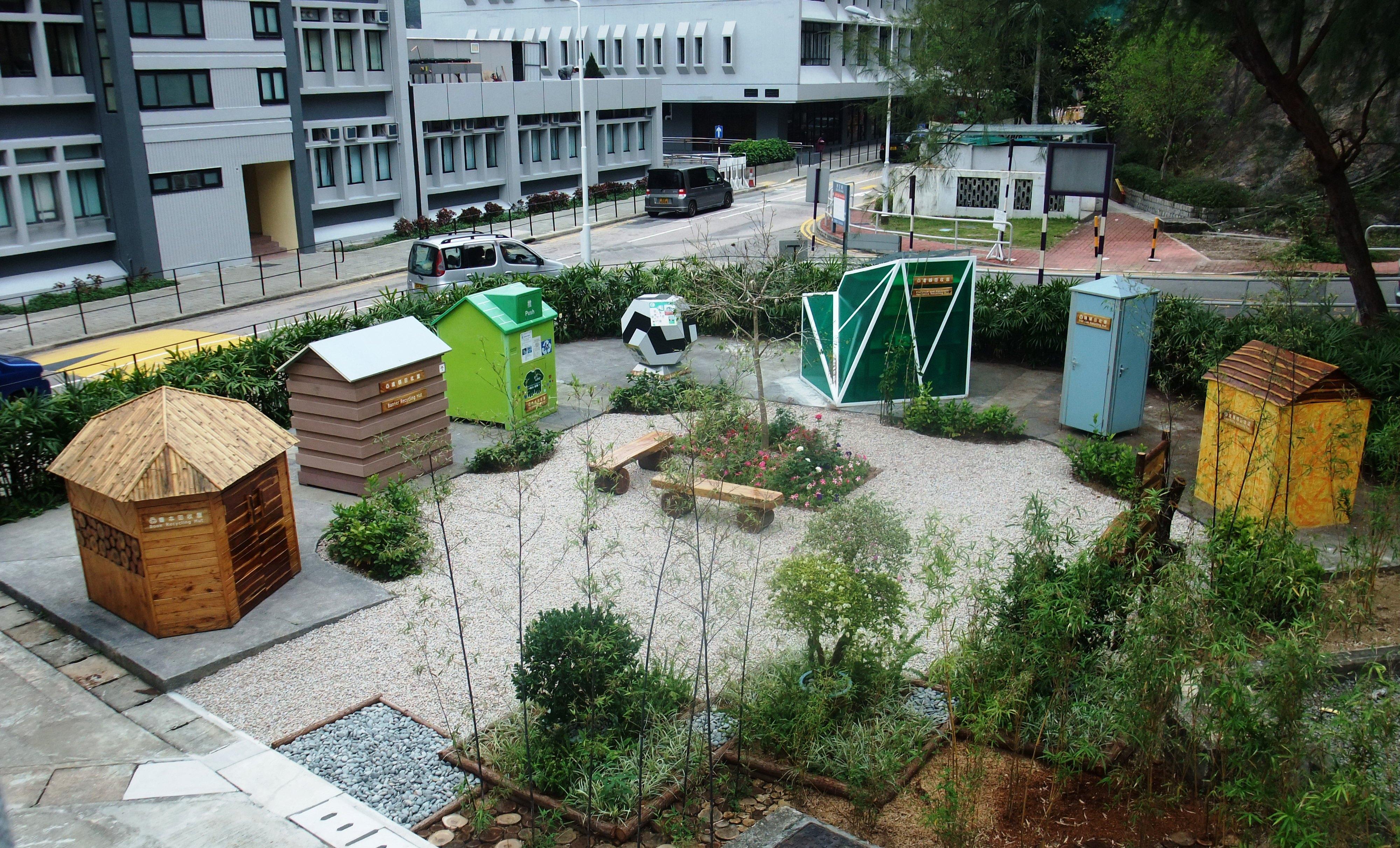 「再生園」設有七間設計獨特的回收屋,分別為(左起):書本回收屋、横額回收屋、舊衣及光碟回收屋、玩具及禮品回收屋、電器回收屋、鐵罐回收屋及玻璃瓶回收屋