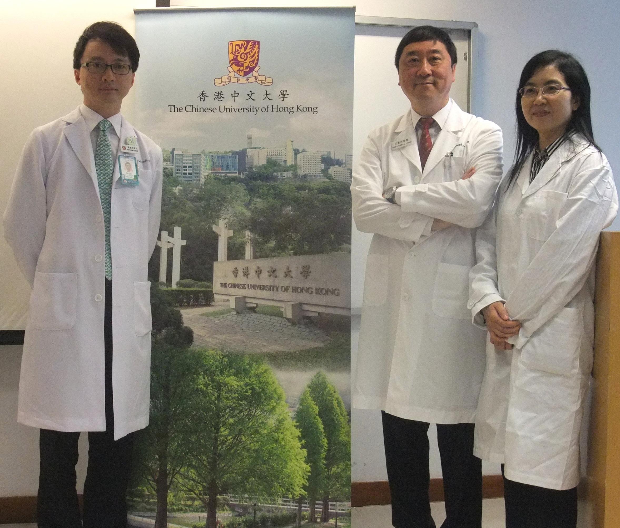沈祖堯教授與中大消化疾病研究所(研究所)研究團隊的兩名成員分享腸胃研究的成果。兩名成員為研究所所長陳家亮教授(左)及于君教授。