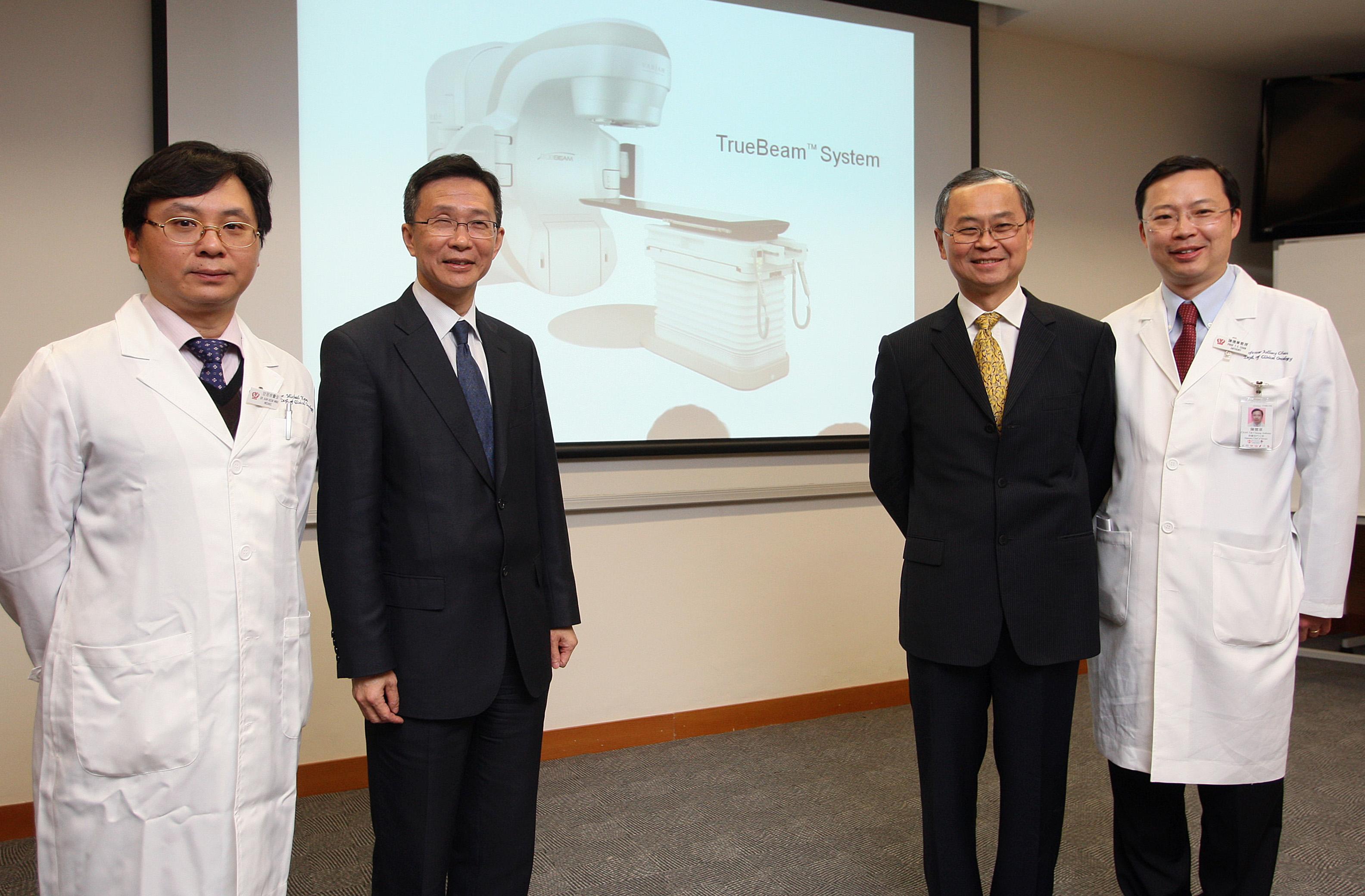 左起:威爾斯親王醫院臨床腫瘤科顧問醫生甘冠明醫生、威爾斯親王醫院行政總監馮康醫生、中大醫學院院長霍泰輝教授,以及中大腫瘤學系系主任陳德章教授。