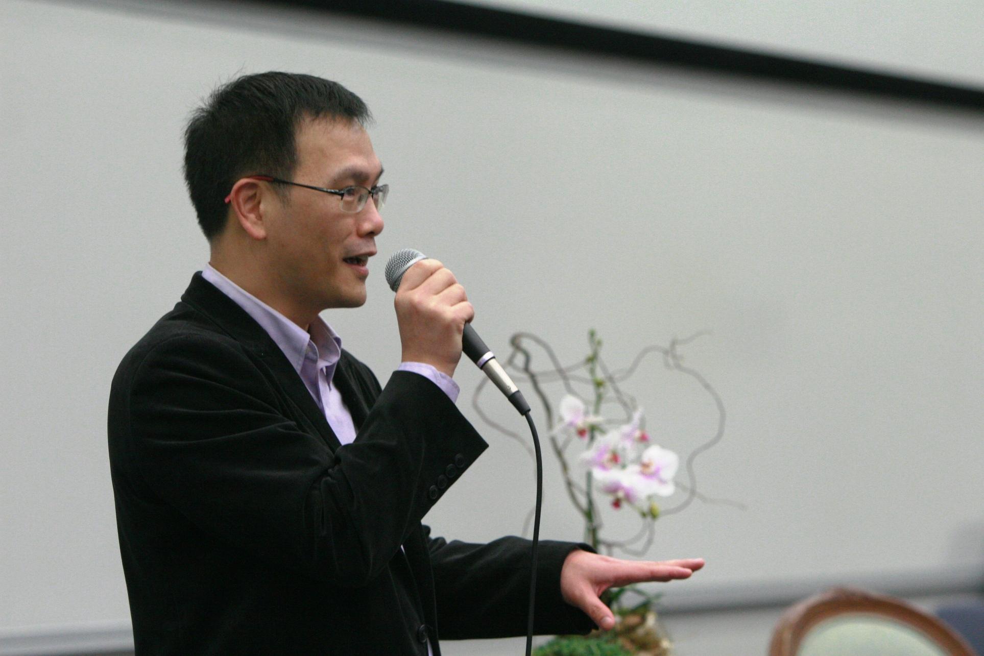 中大政治与行政学系助理教授周保松教授向观众介绍「博群大讲堂」。