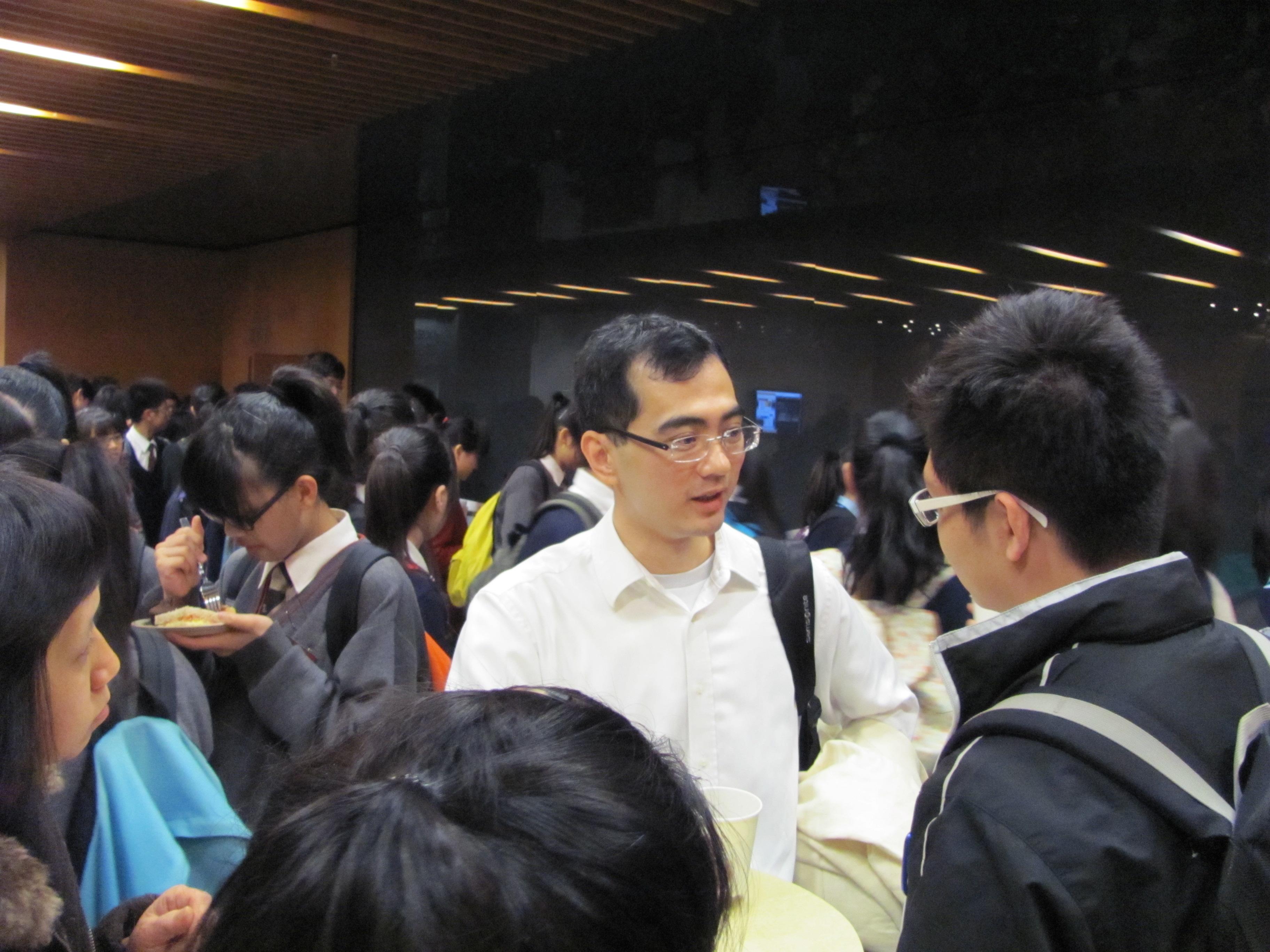 同學在講座後爭取機會向教授提問。