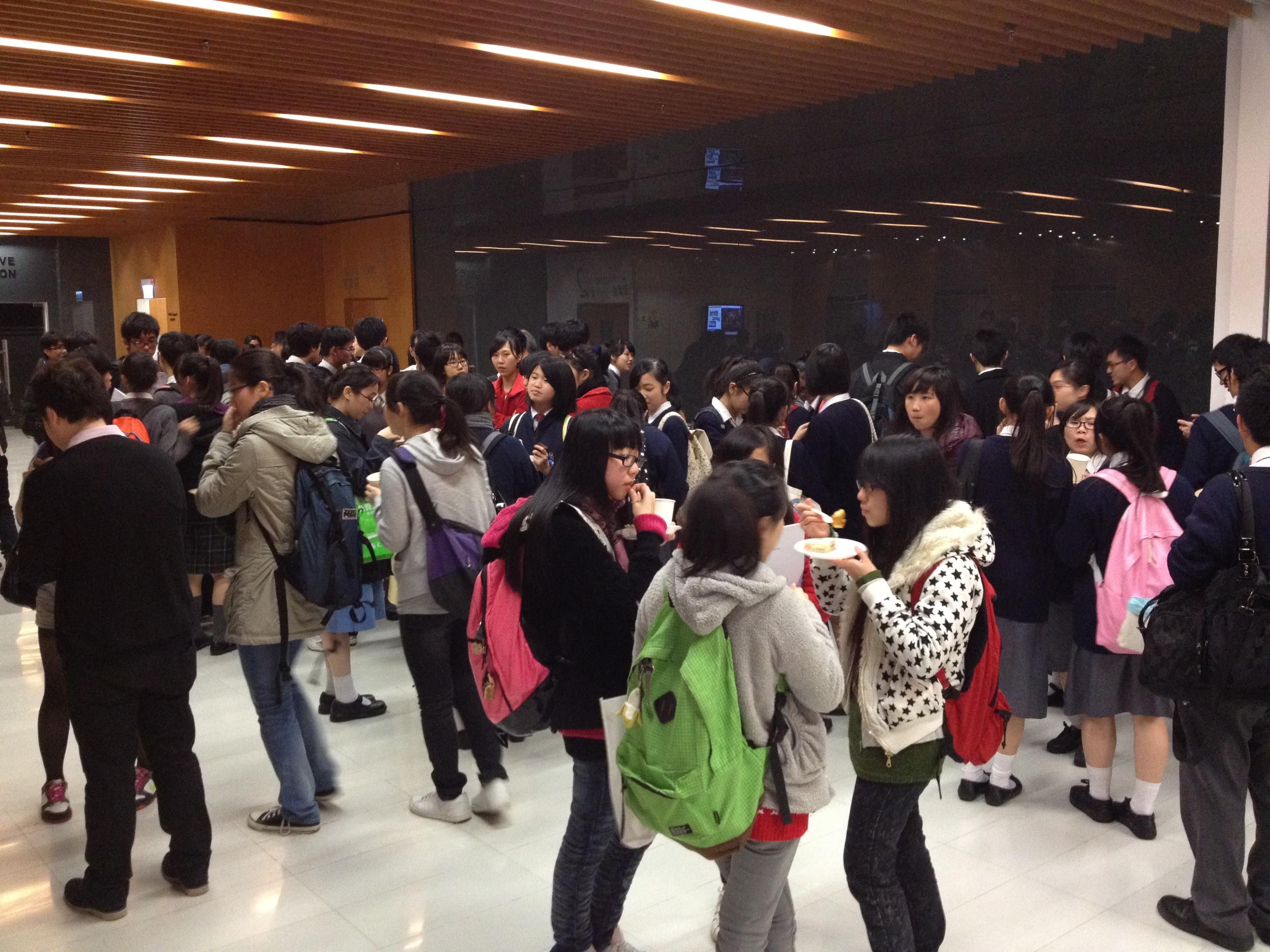 同學們在講座後熱烈討論講座內容。
