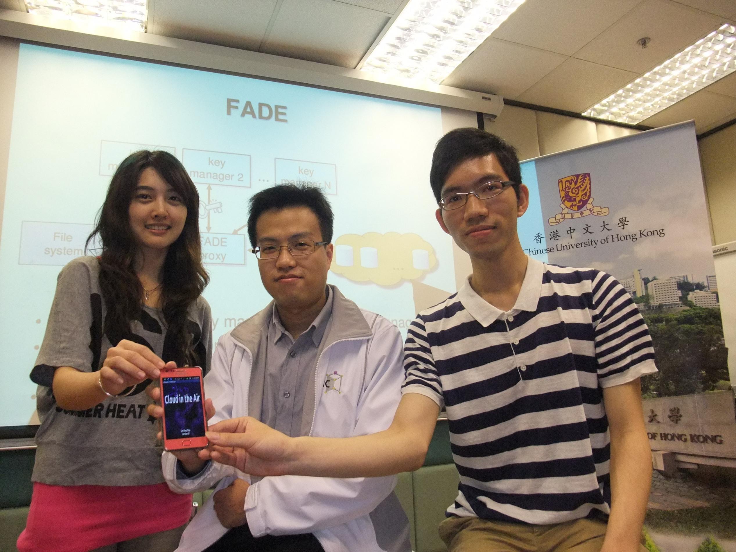 中大計算機科學與工程學系助理教授李柏晴教授(中)及其學生李冠傑(右)和李菁菁。
