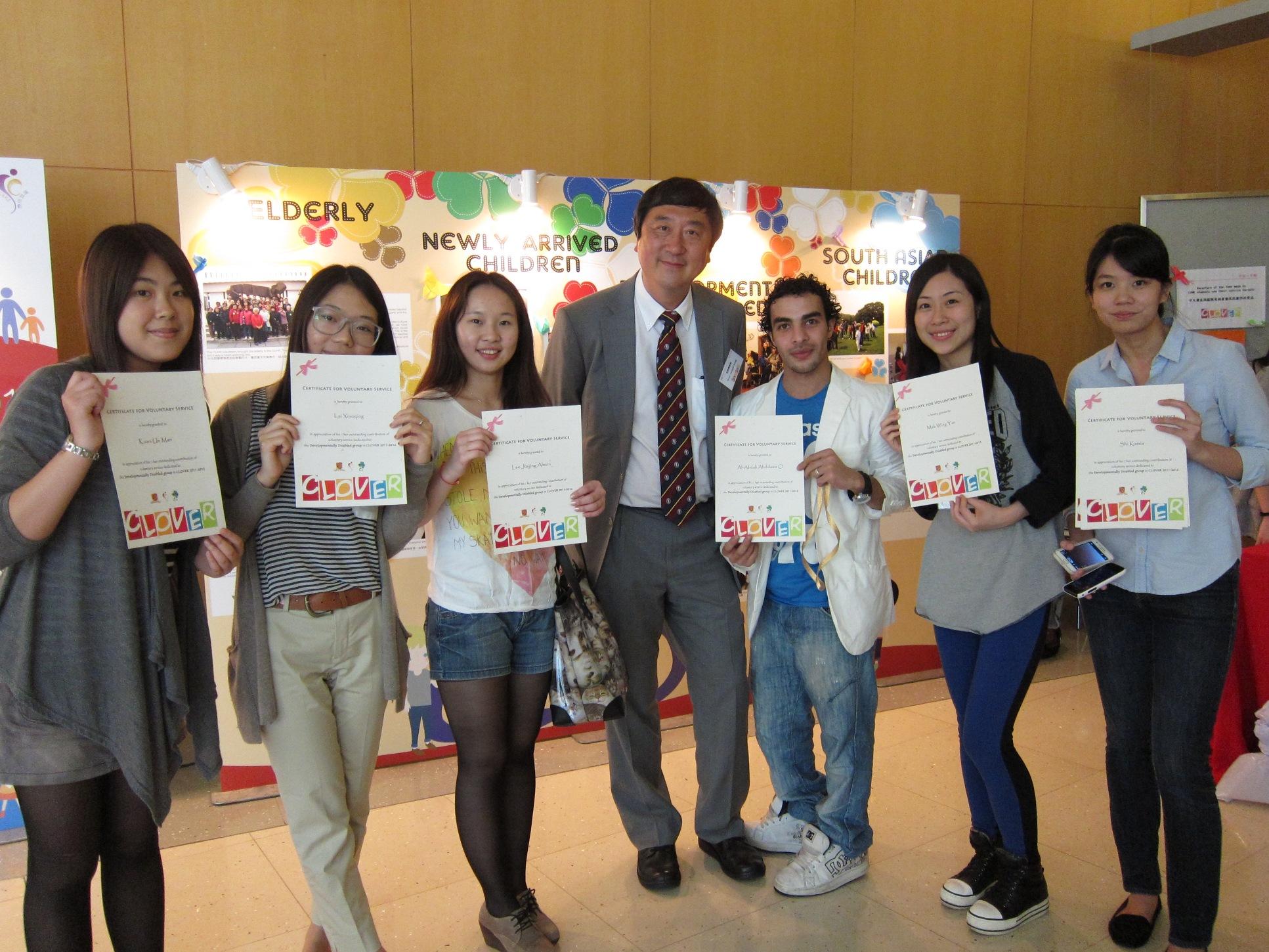 沈校長與參加「友凝‧友義」計劃的學生合照。